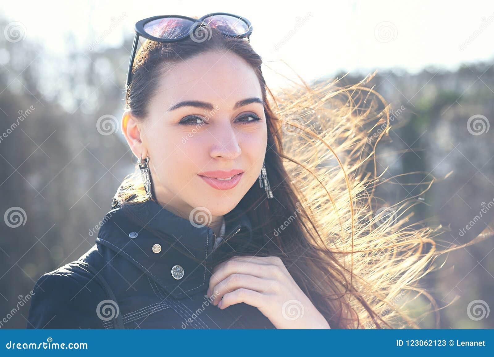 Attraktiv kvinna i solglasögon,