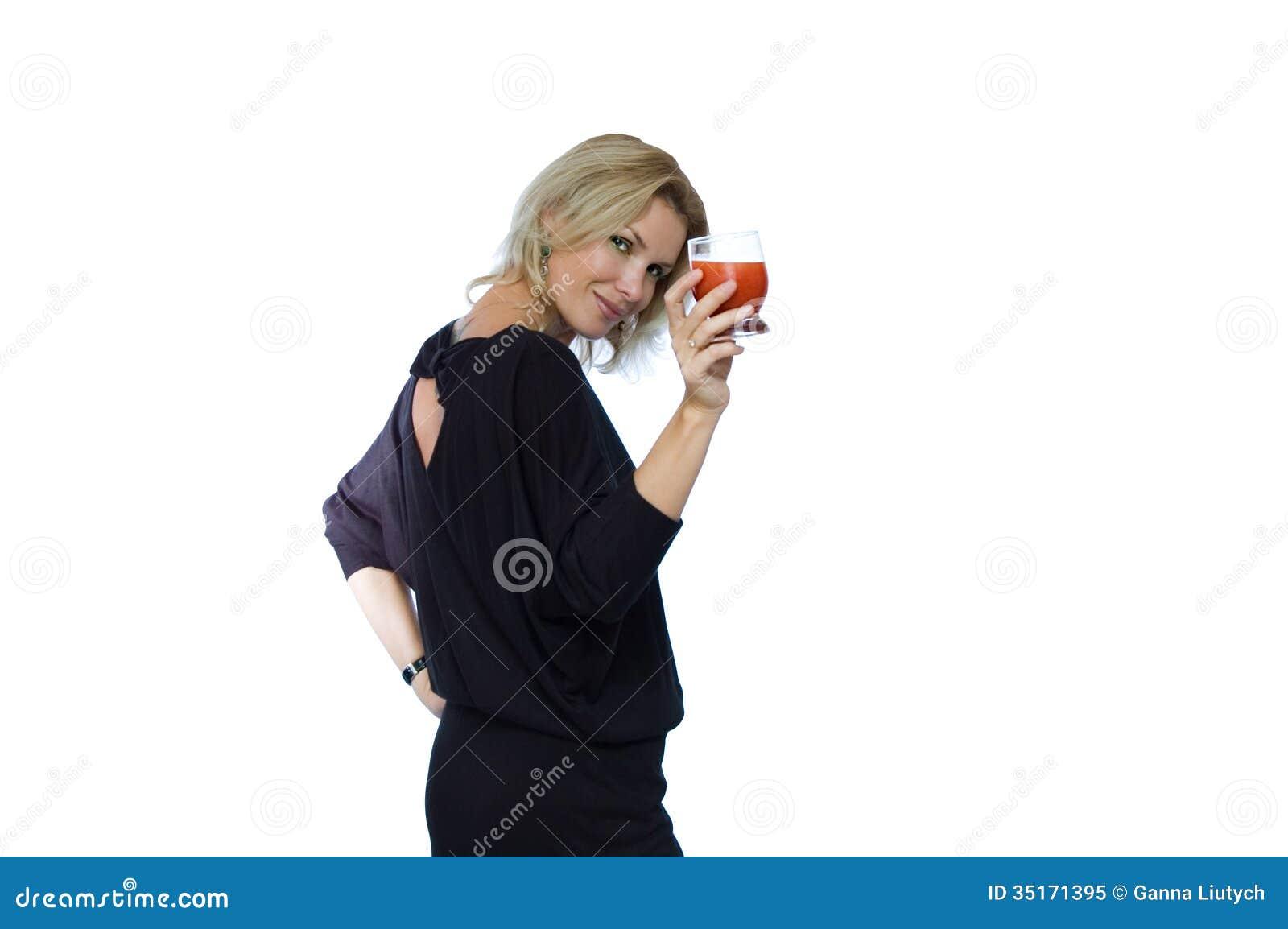 Attraktiv kvinna med den röda drinken