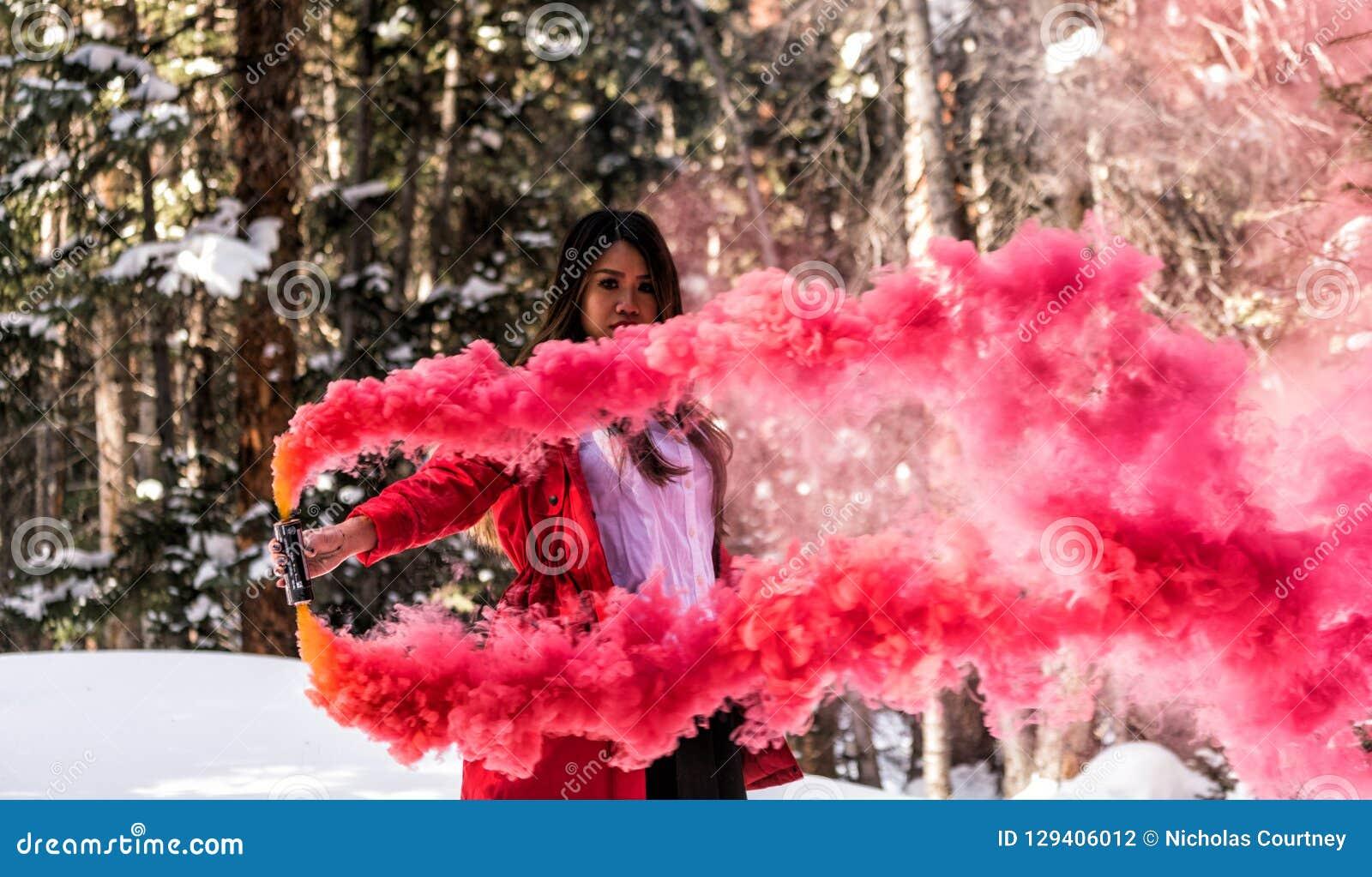 Attraktiv kvinna med en färgrik rökgranat