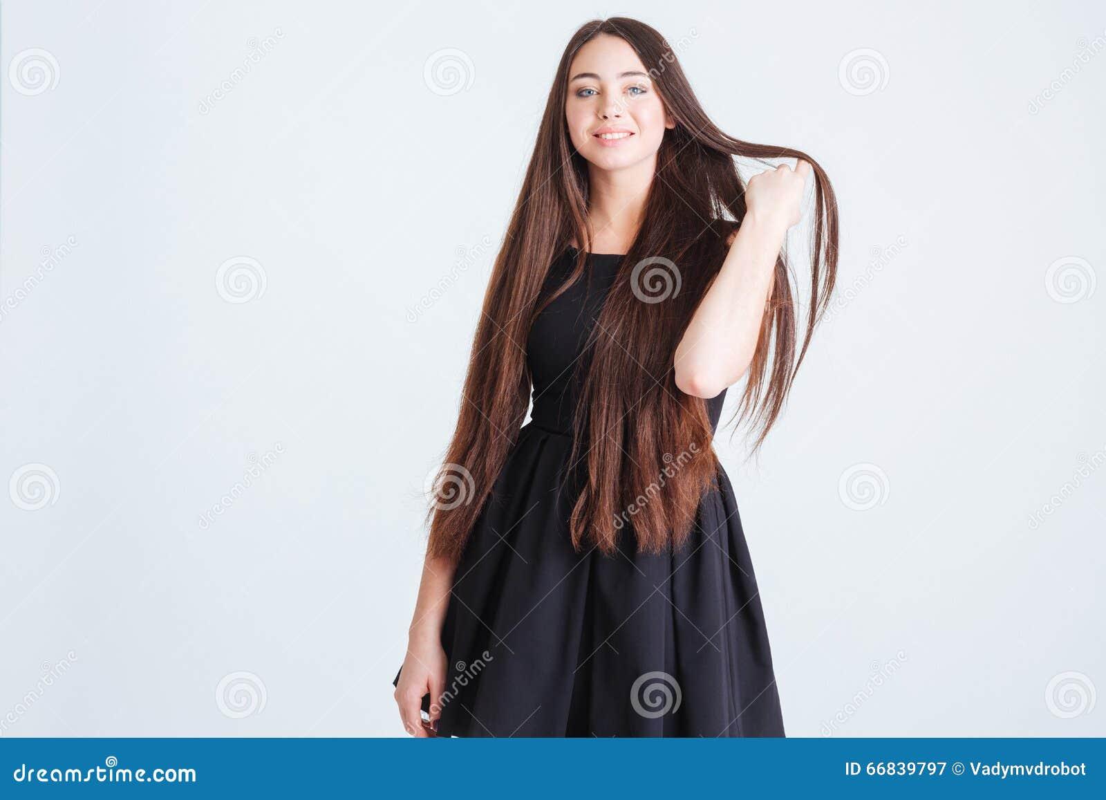 Attraktiv kvinna med härligt långt mörkt hår i svart klänning