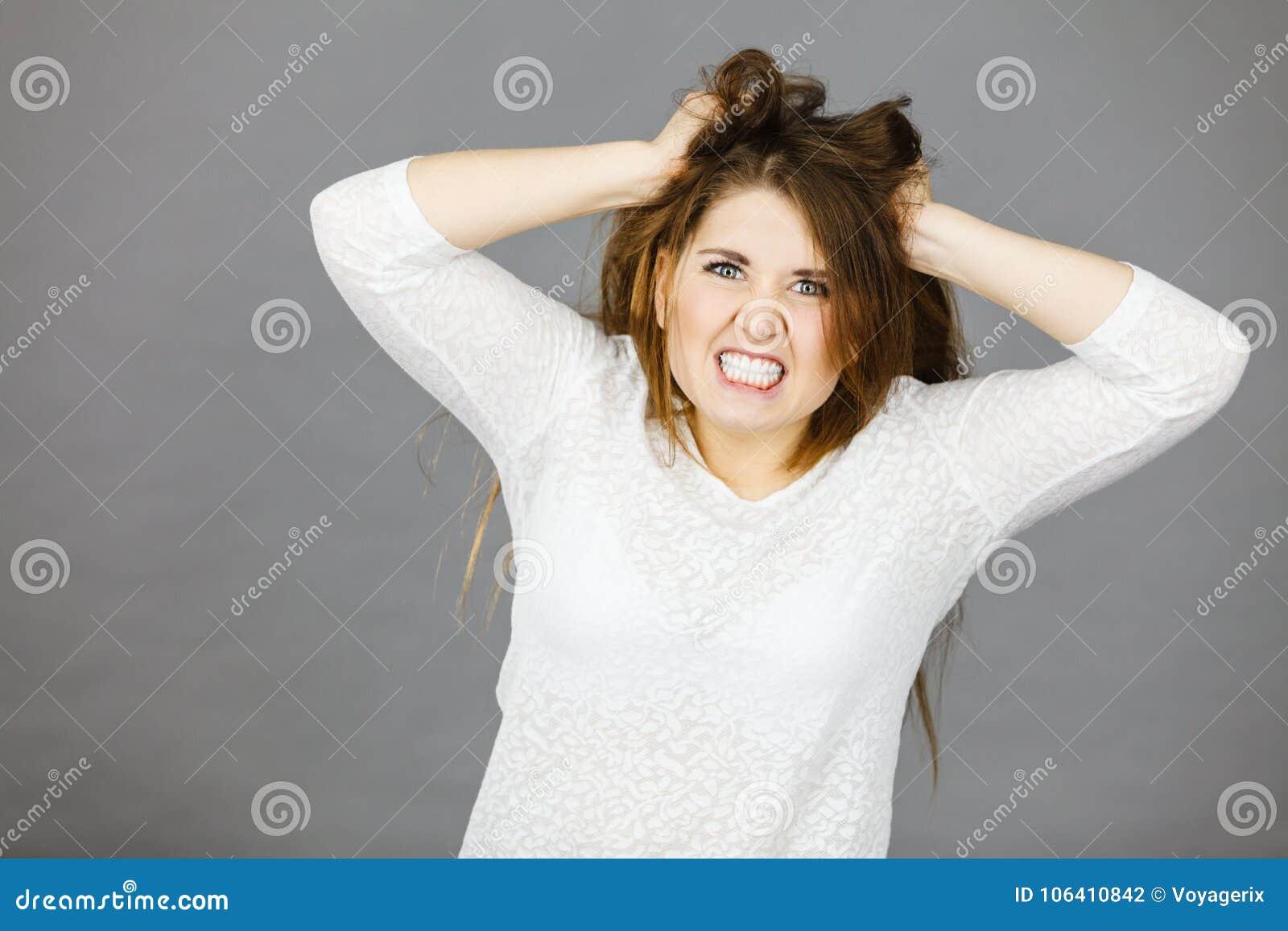 Attraktiv kvinna som har ilsket frustrerat framsidauttryck