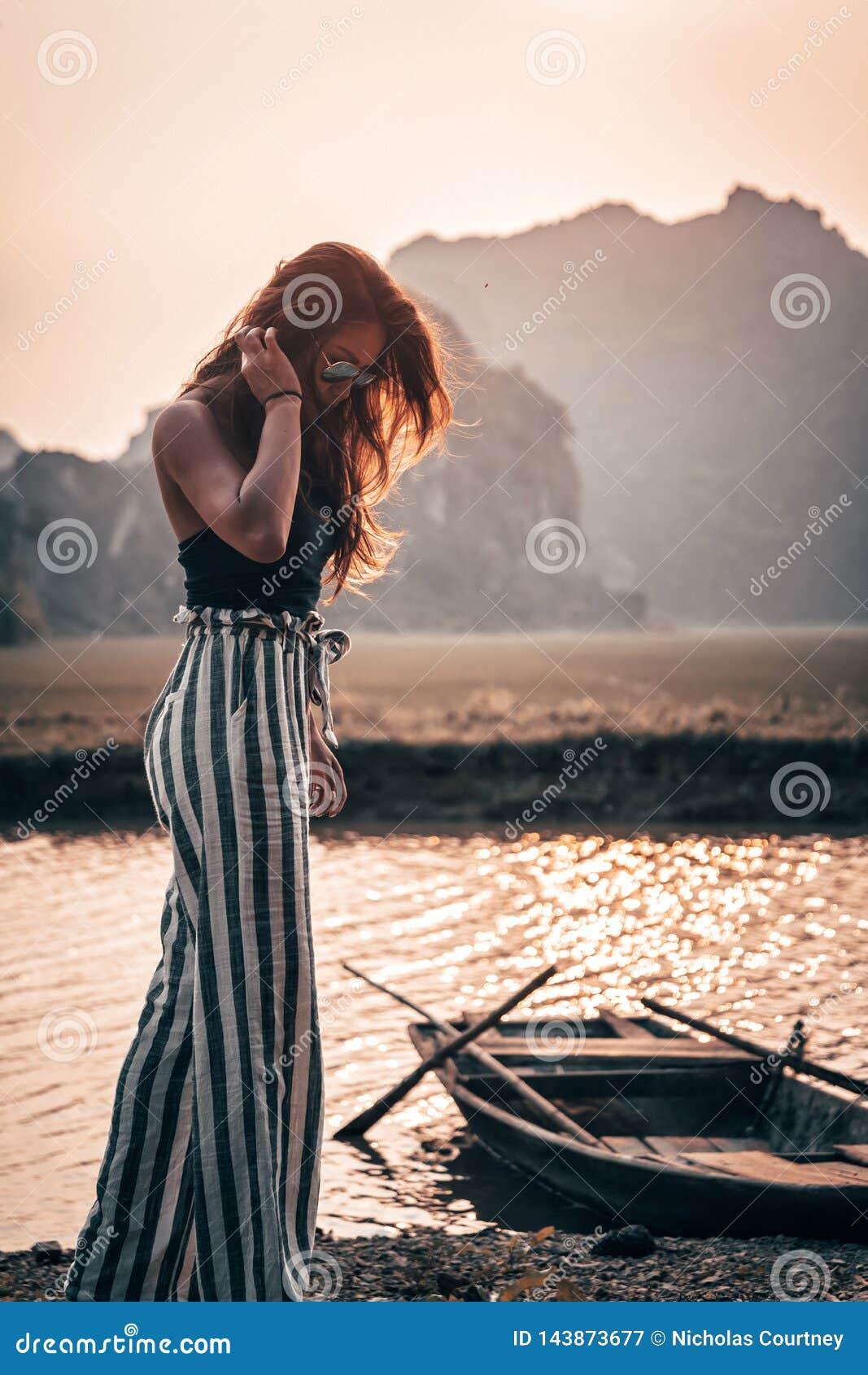 Attraktiv kvinna som poserar i bergen av nordliga Vietnam