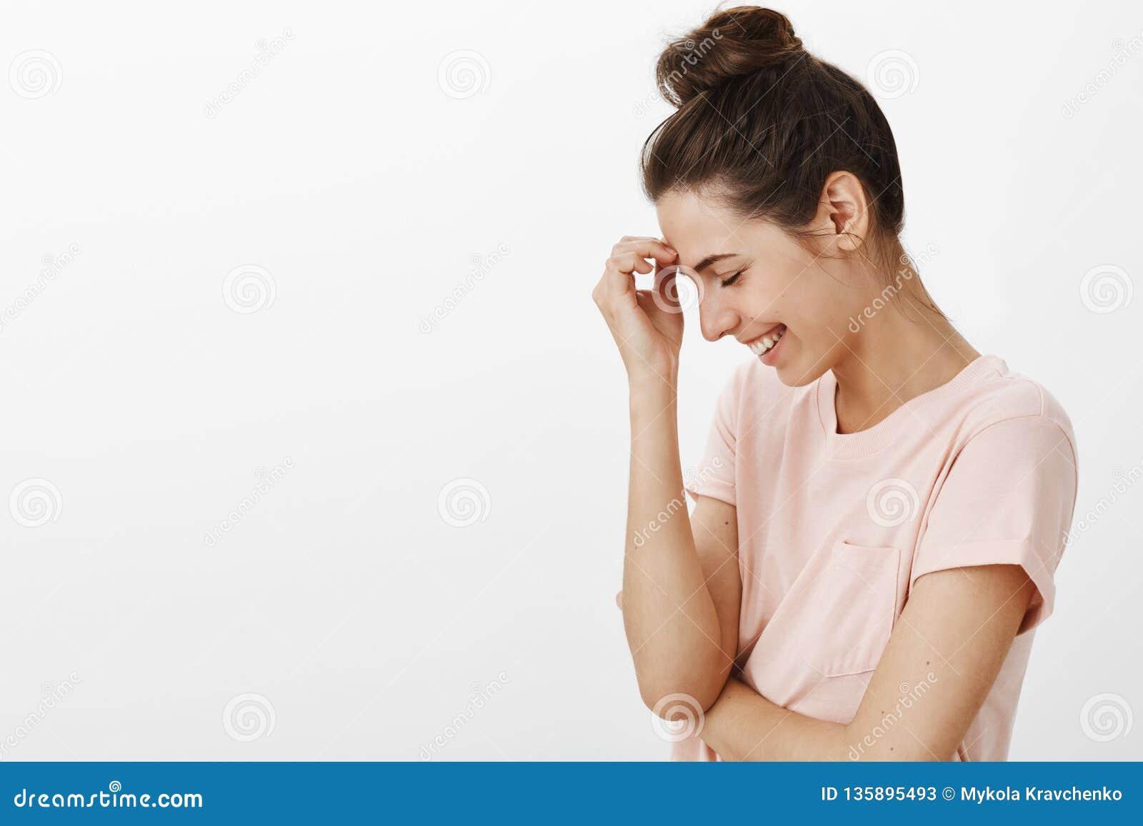 Attraktiv kvinnlig vän för bekymmerslös bight som ut högt skrattar över roligt skämtanseende i profilen som förestående lutar att