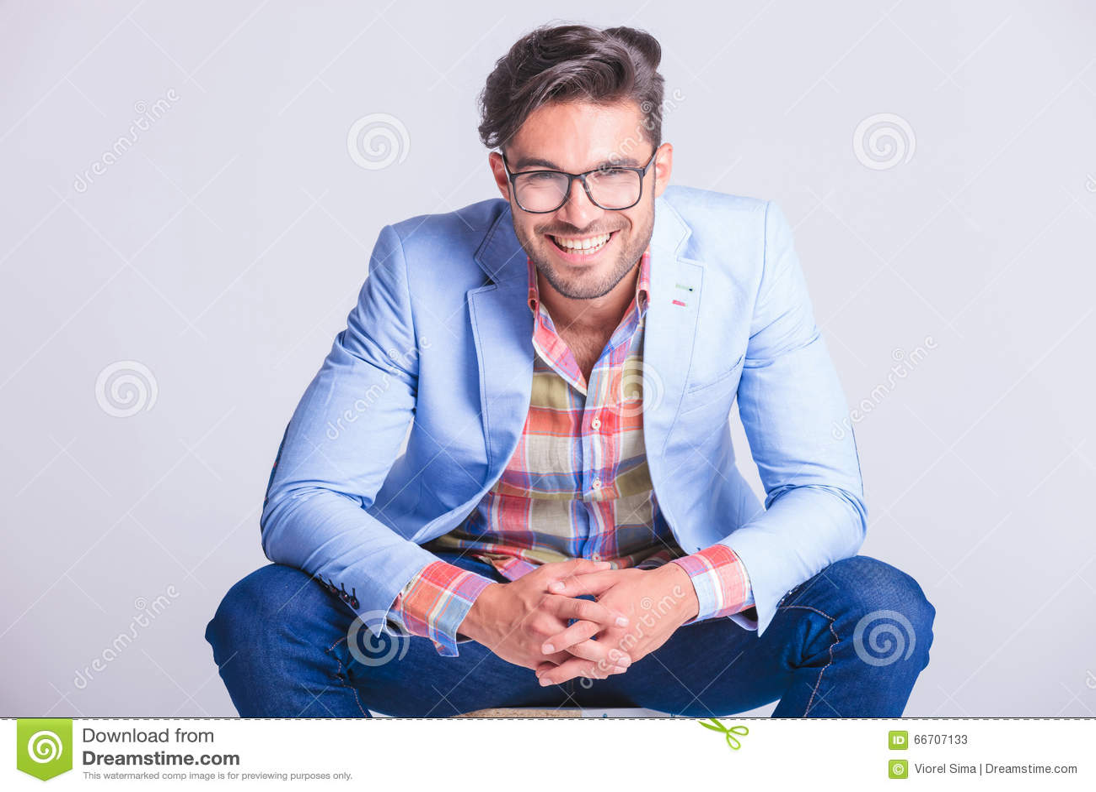 Attraktiv man som poserar placerat med öppen benspridning
