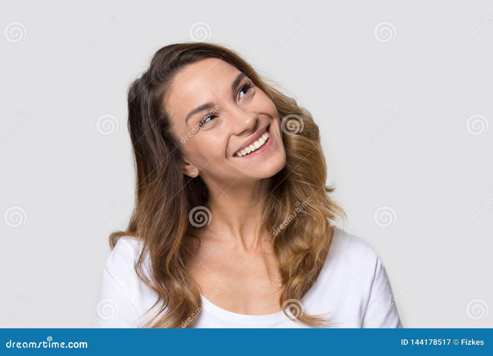 Attraktiv millennial kvinnlig för huvudskottstående över vitt se framåt
