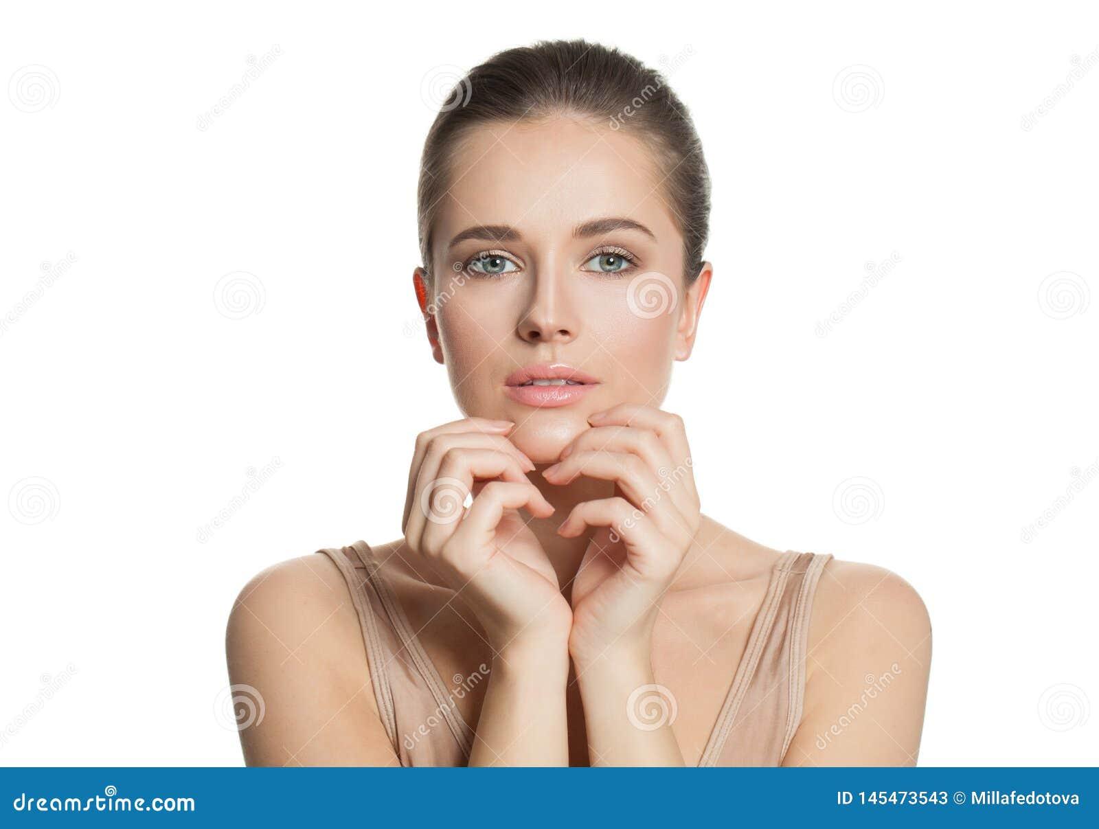 Attraktiv modell med klar hud p? vit bakgrund naturlig sk?nhet