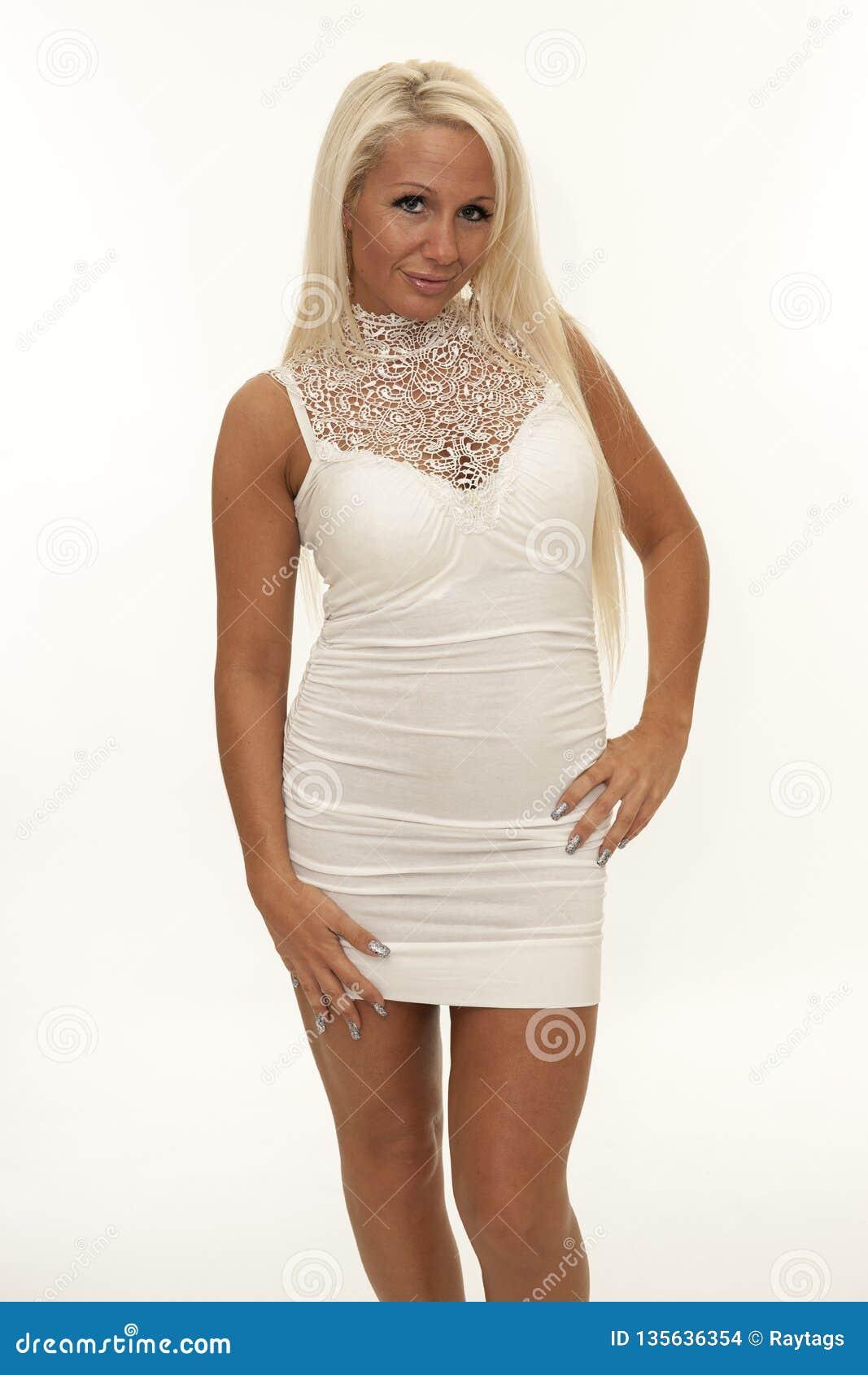 Attraktiv mogen kvinna med den vita åtsittande klänningen