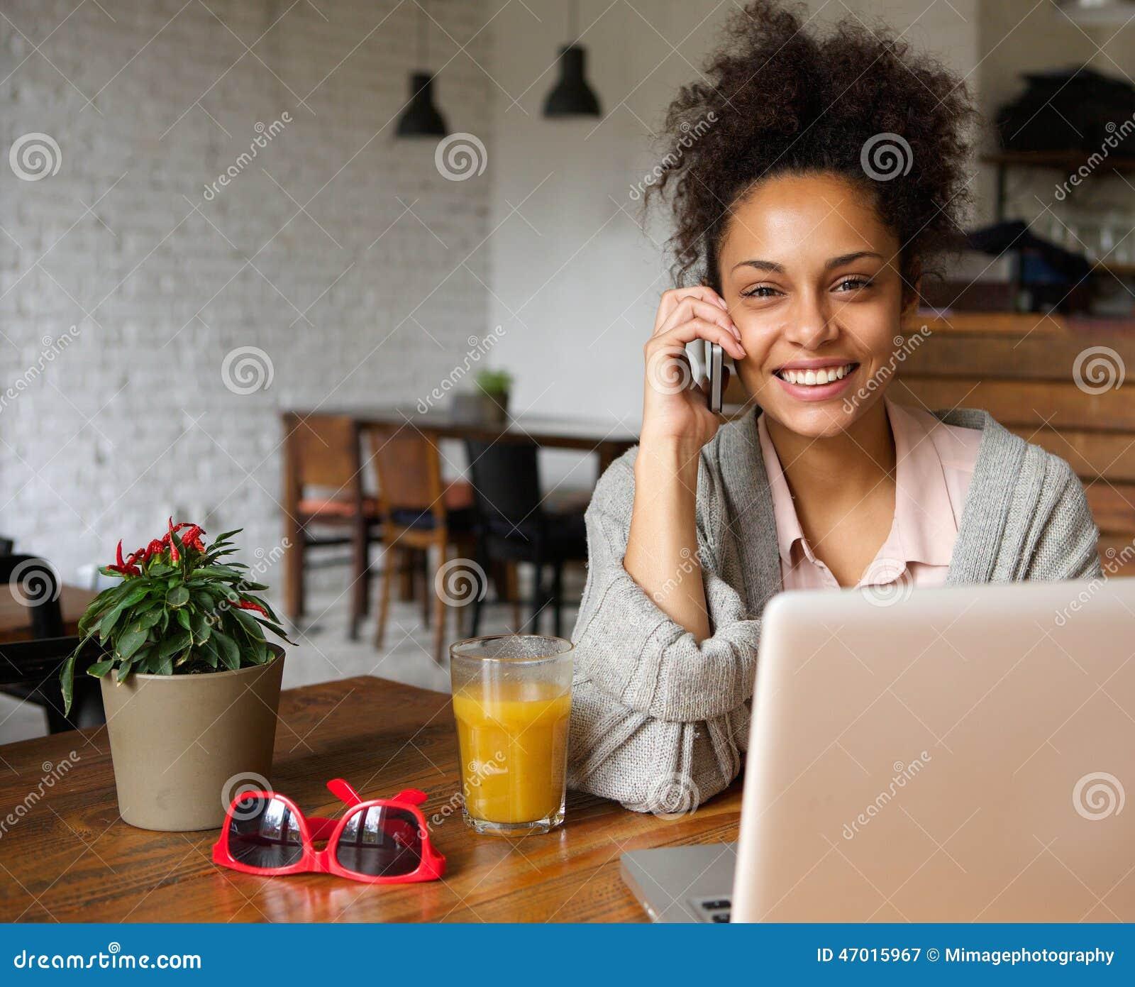 attraktiv sie frau die zu hause am telefon spricht stockbild bild von schauen amerikanisch. Black Bedroom Furniture Sets. Home Design Ideas