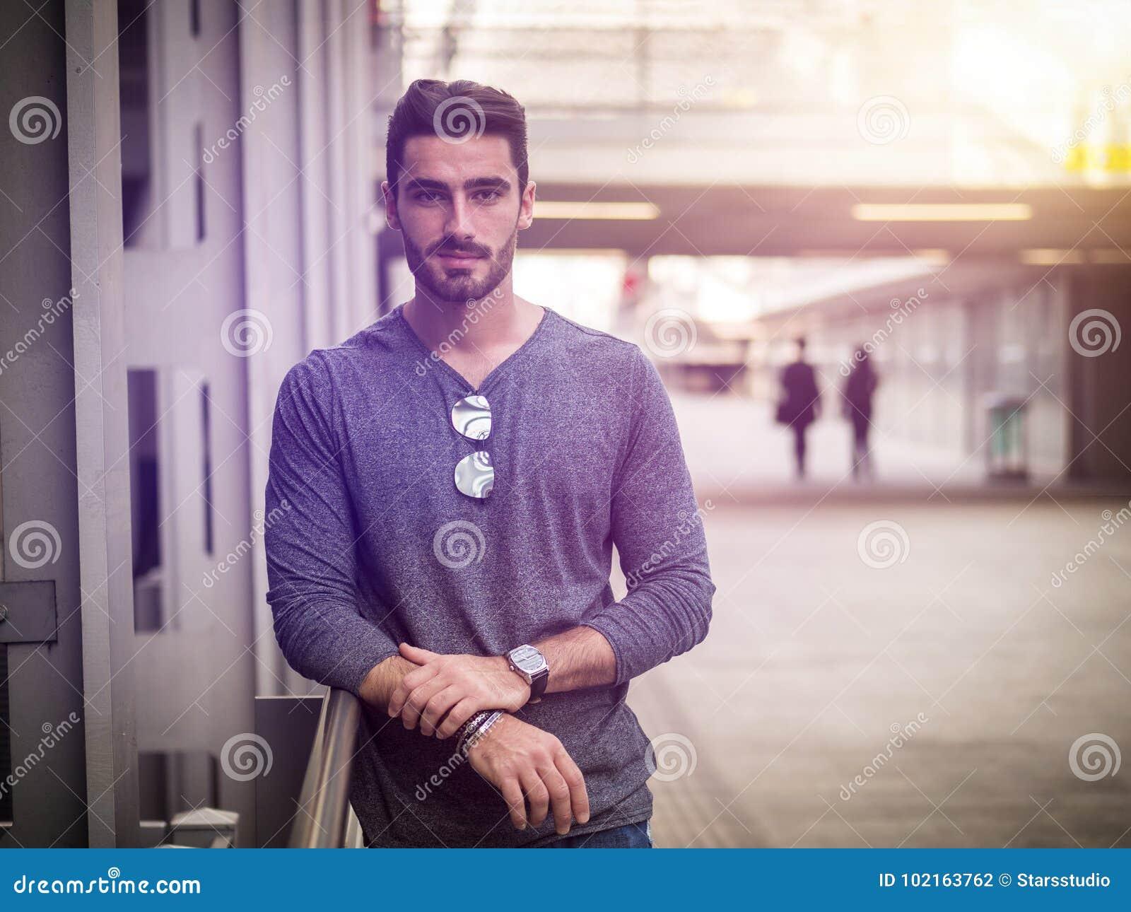 Attraktiv stående för ung man i stad