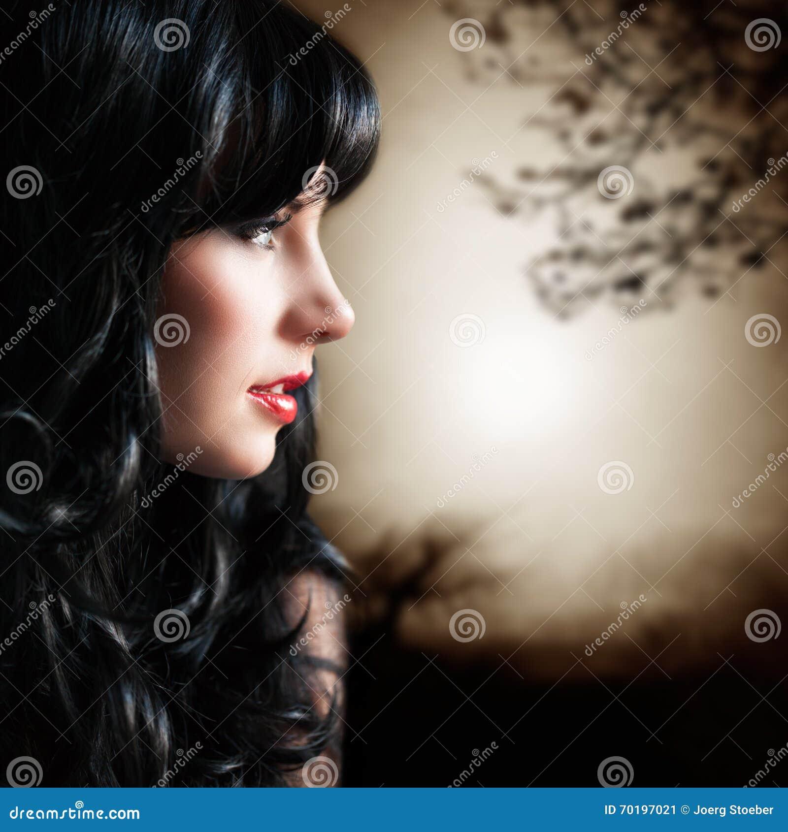 Attraktiv svart haired kvinna