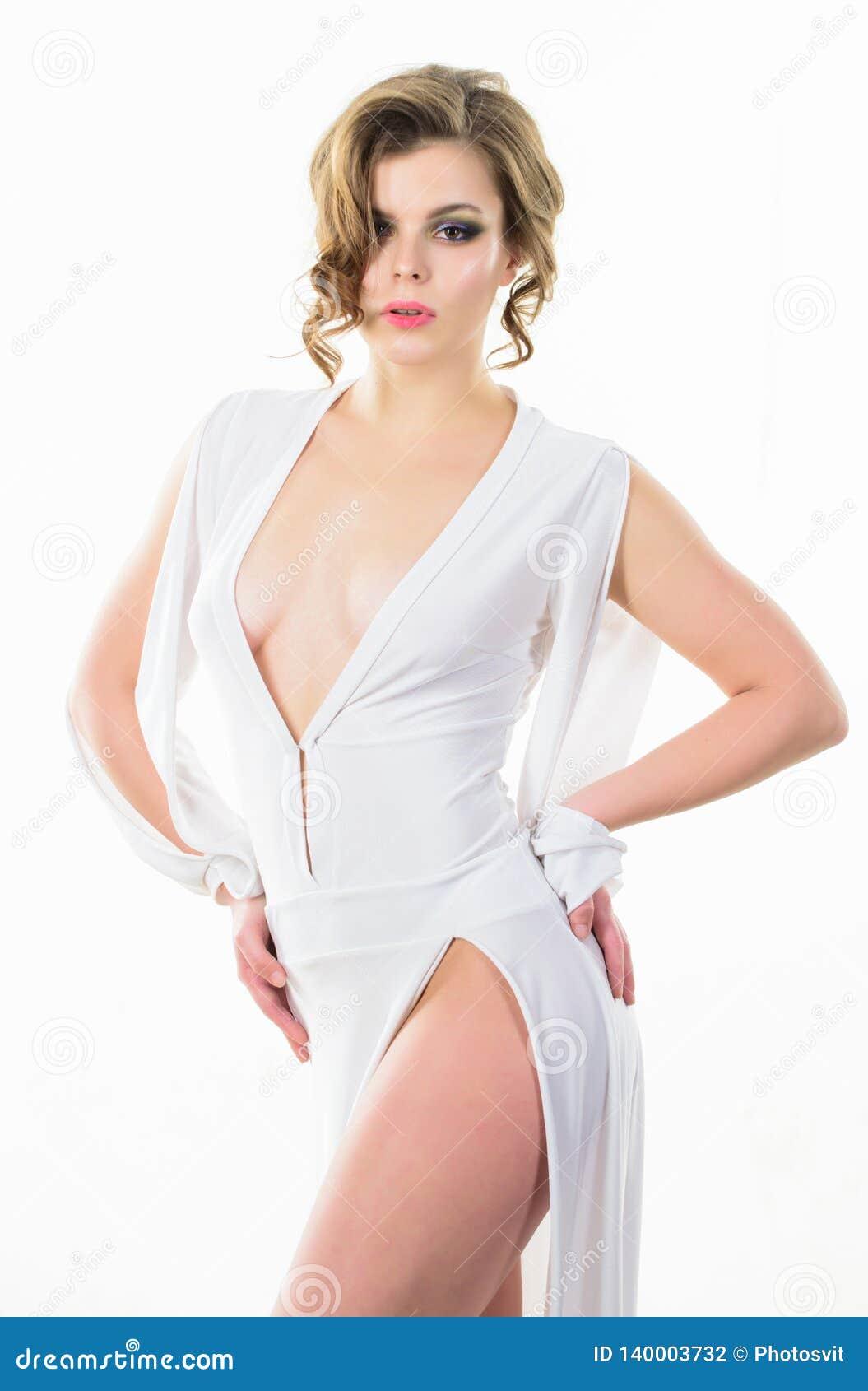Attraktiv tappningmodell för flicka på vit bakgrund Elegant dam för kvinna med den lockiga frisyren och makeup som poserar i vit