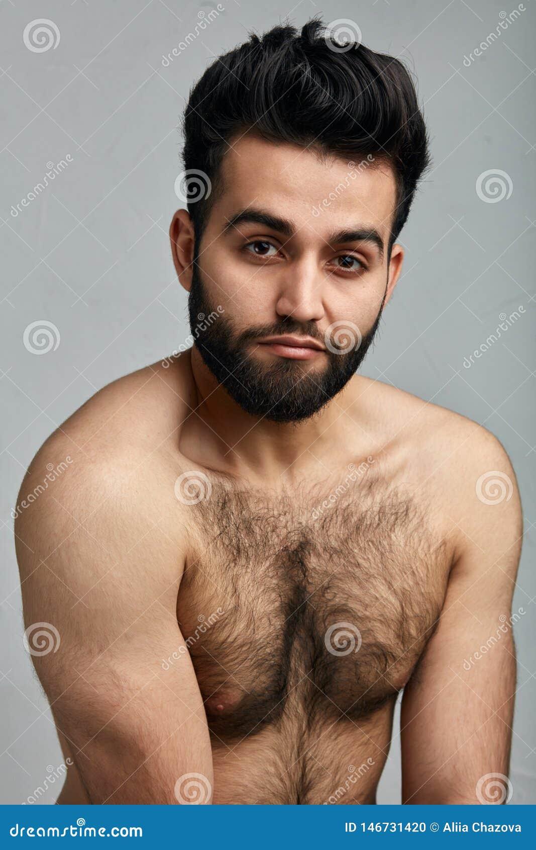 Attraktiv ung indisk grabb med den håriga kroppen