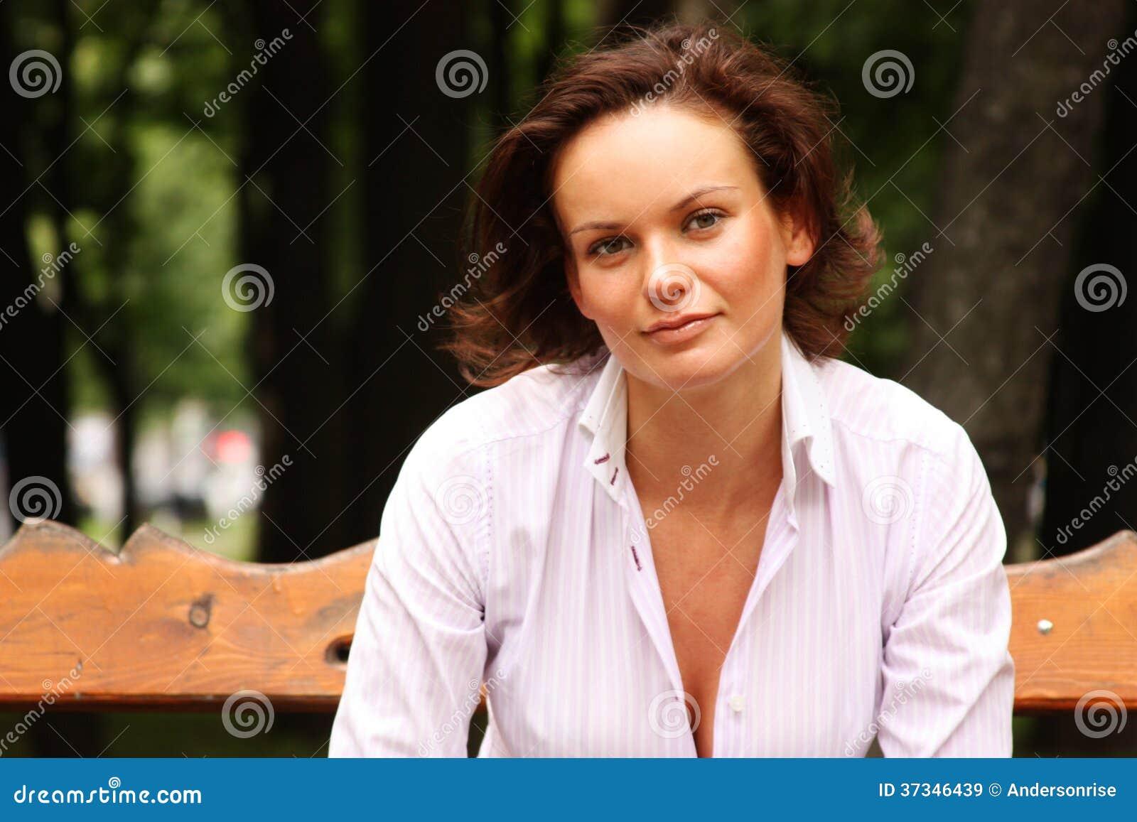 Attraktiv ung kvinna