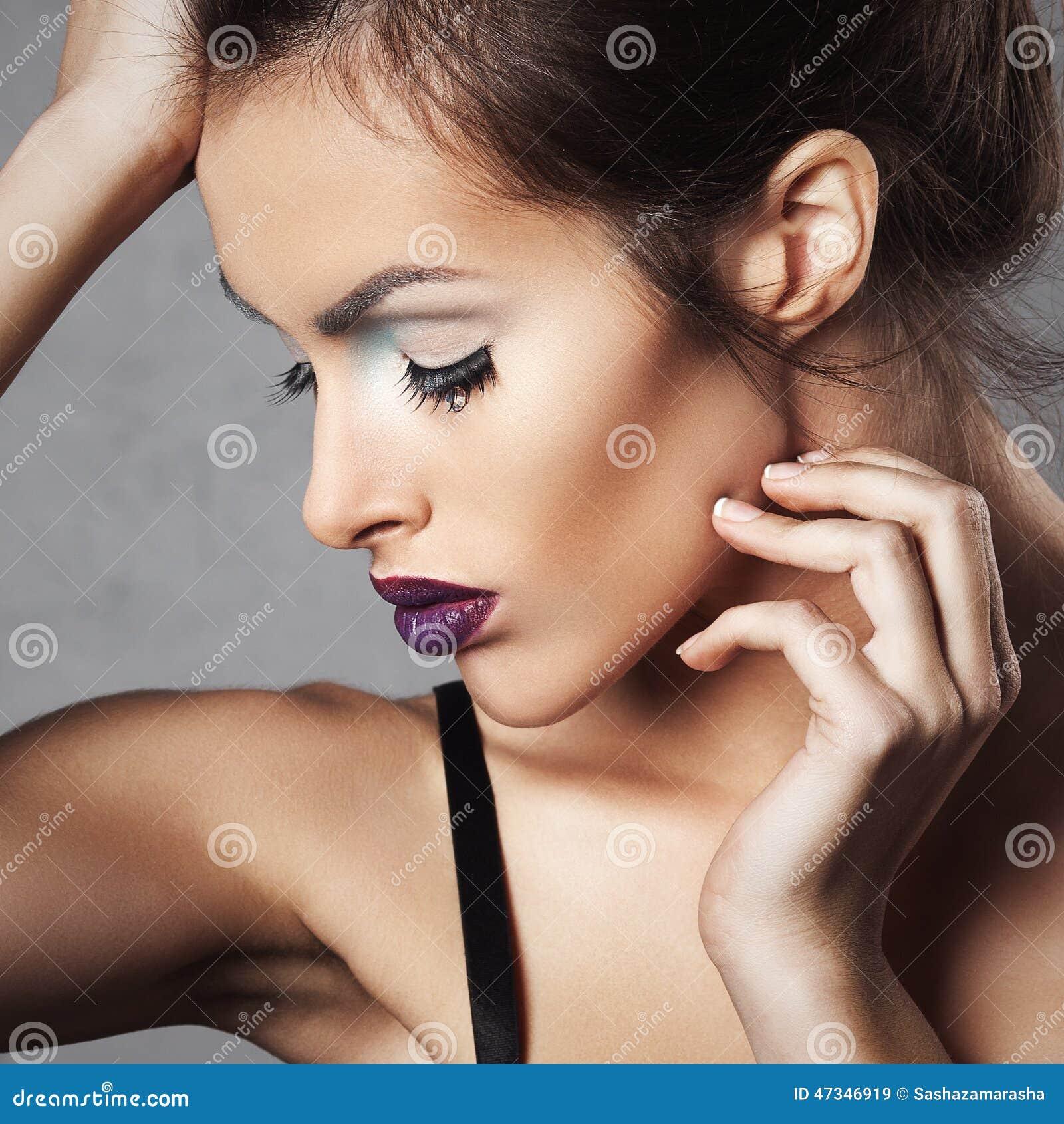 Attraktiv ung kvinna med ljust smink