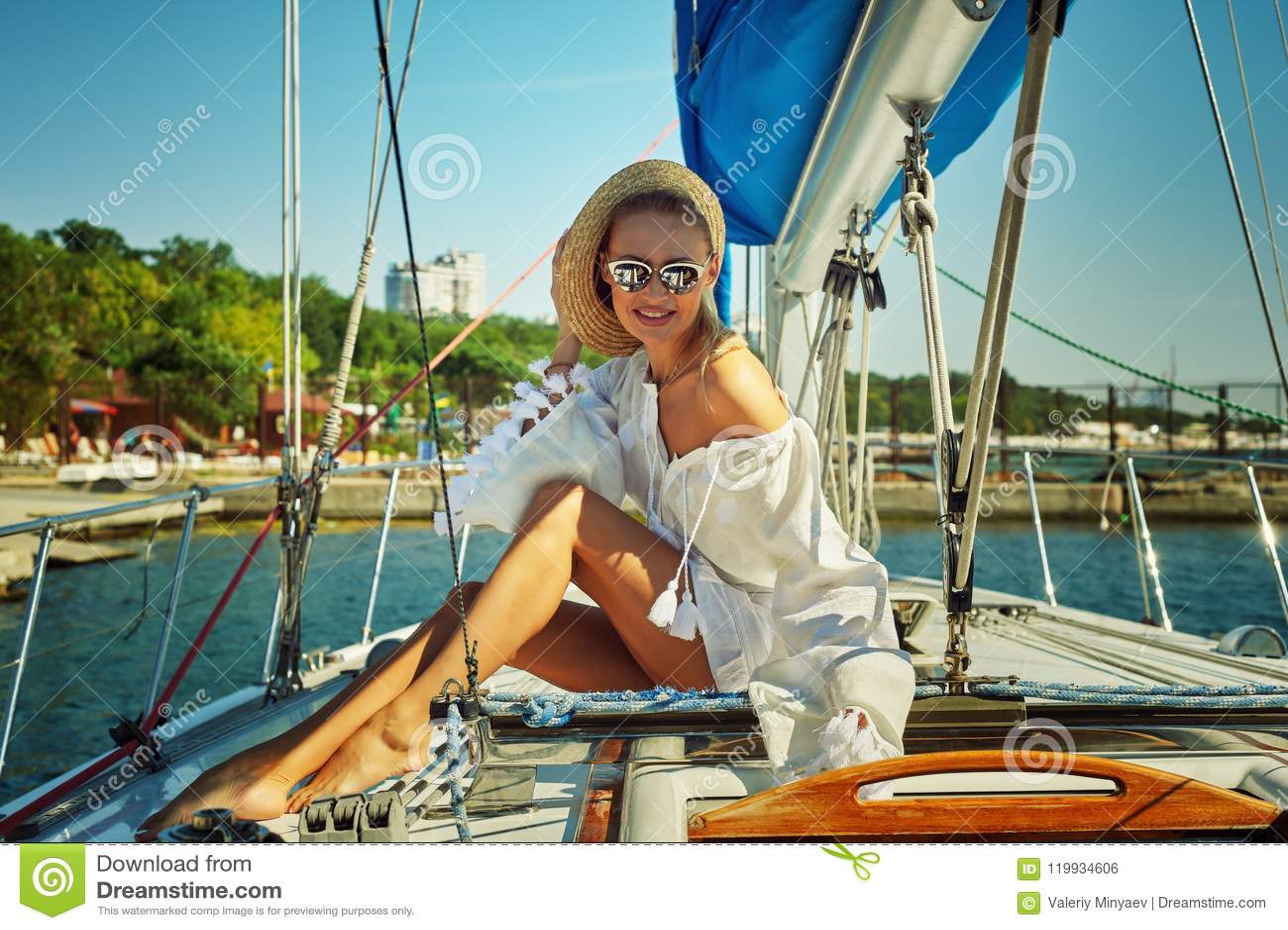 Attraktiv ung kvinna på en yacht på en sommardag