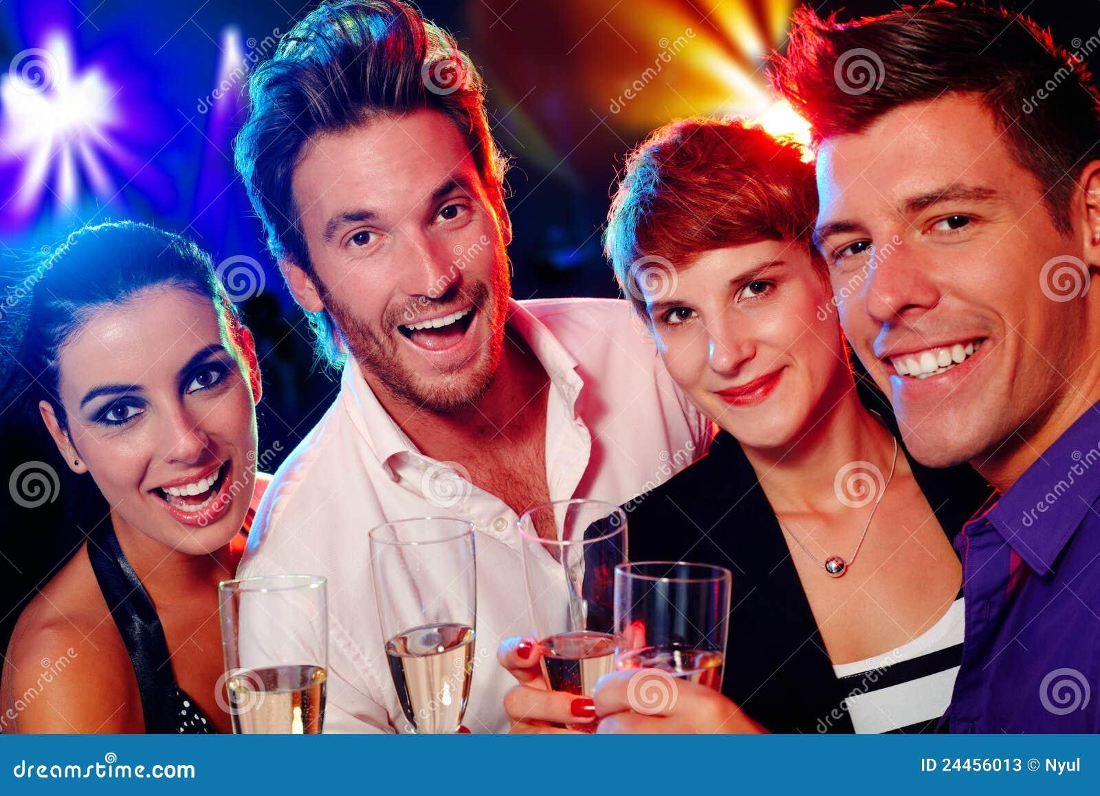 Attraktiv ungdomar i nattklubb