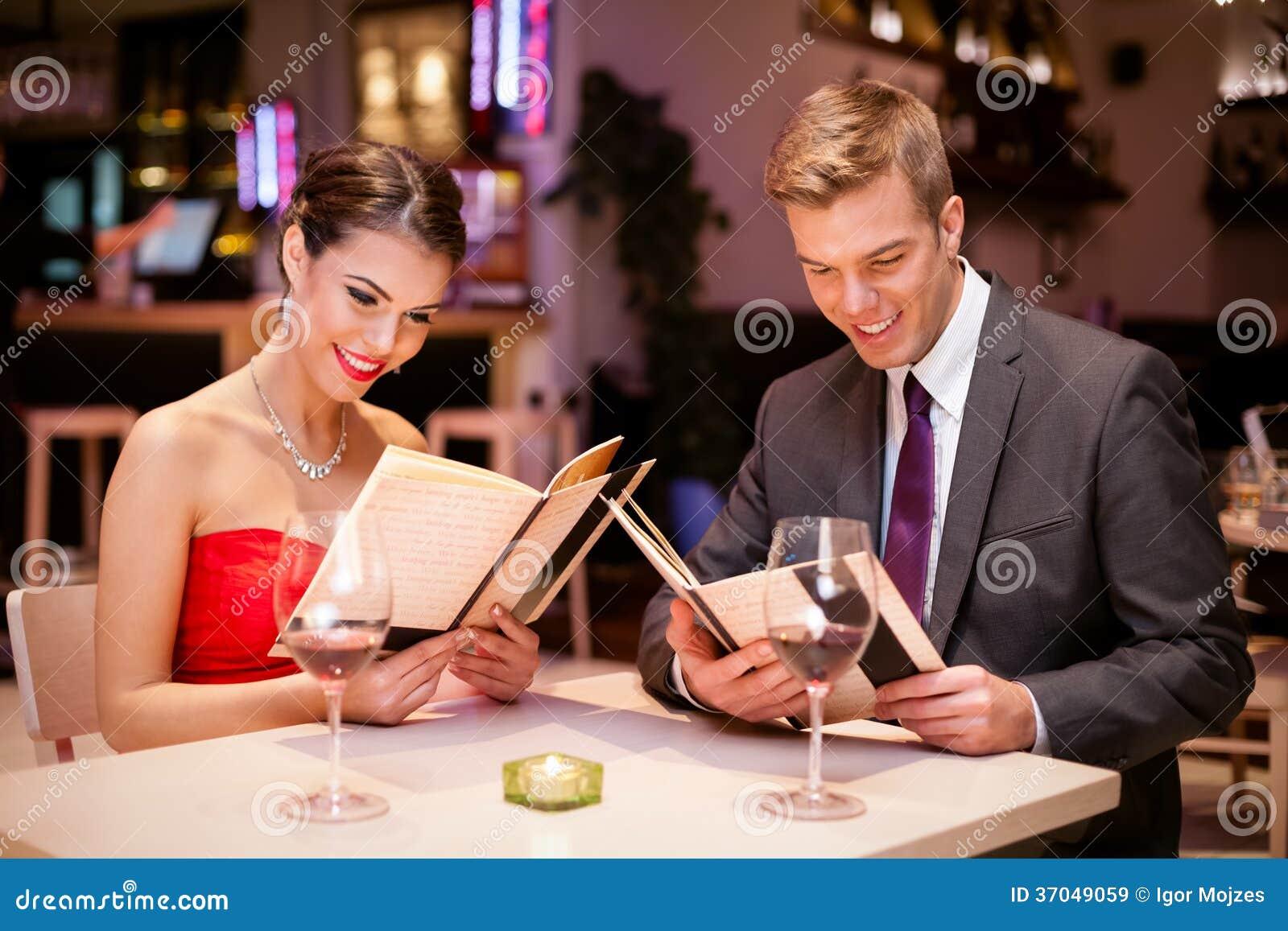 Attraktiva par i en restaurang