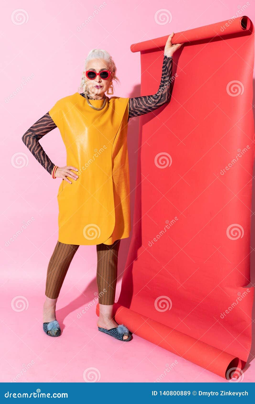 Attraktive ältere Hausfrau, die gerade Kamera betrachtet