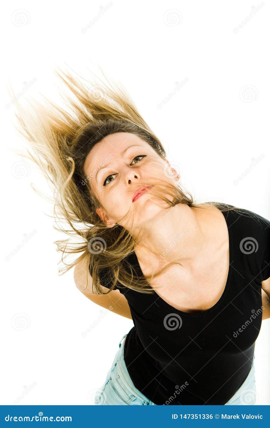 Attraktive blonde Frau, die mit den langen geraden Haaren des Fliegens aufwirft