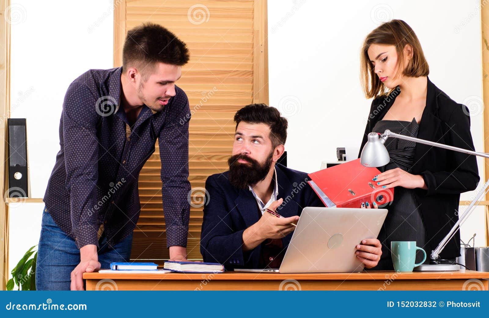 Attraktive Dame der Frau, die mit Mannkollegen arbeitet B?rokollektivkonzept Mitarbeiter stehen in Verbindung, Gesch?ft l?send