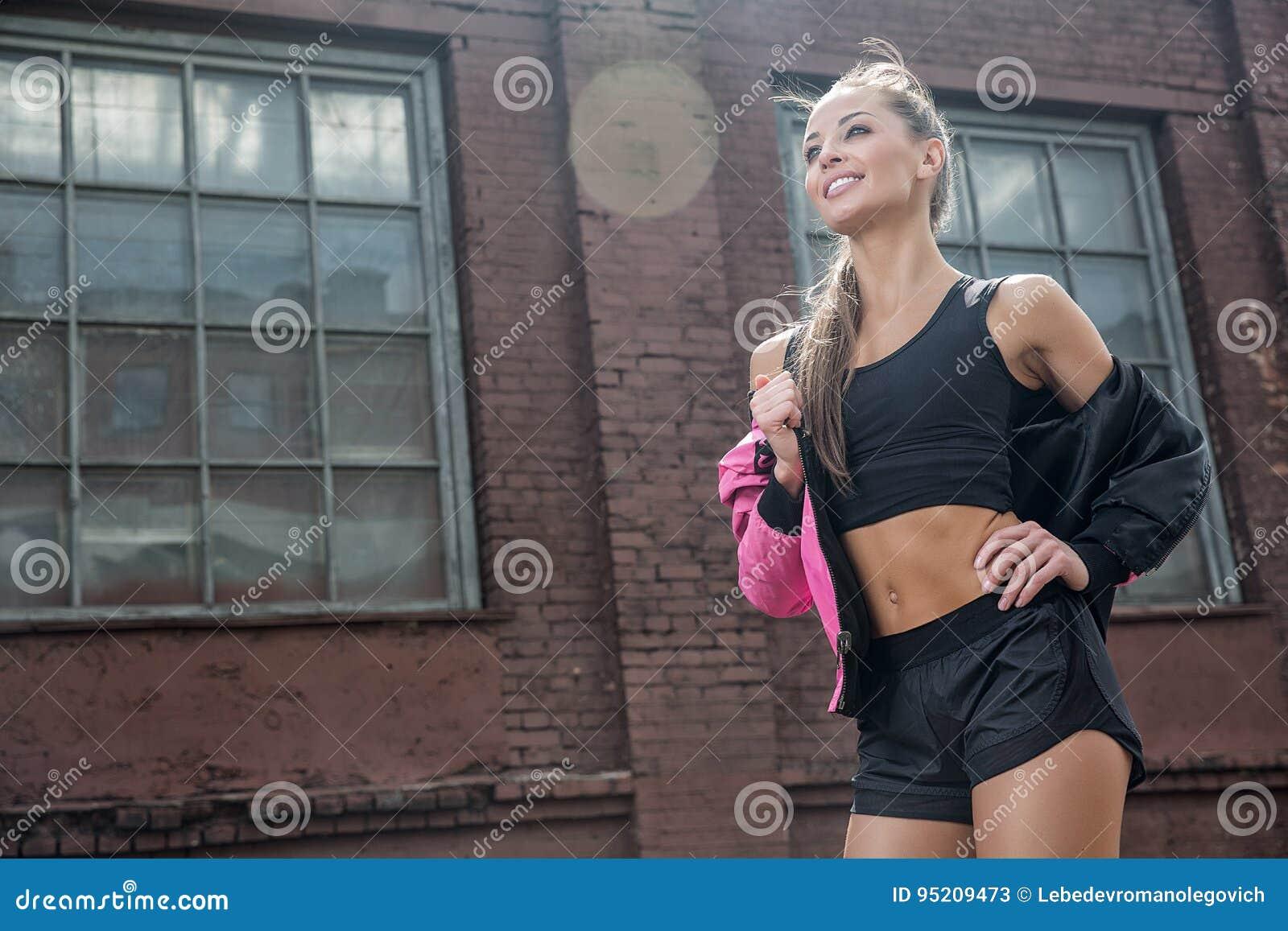 Attraktive Eignungsfrau, ausgebildeter weiblicher Körper, Lebensstilporträt, kaukasisches Modell
