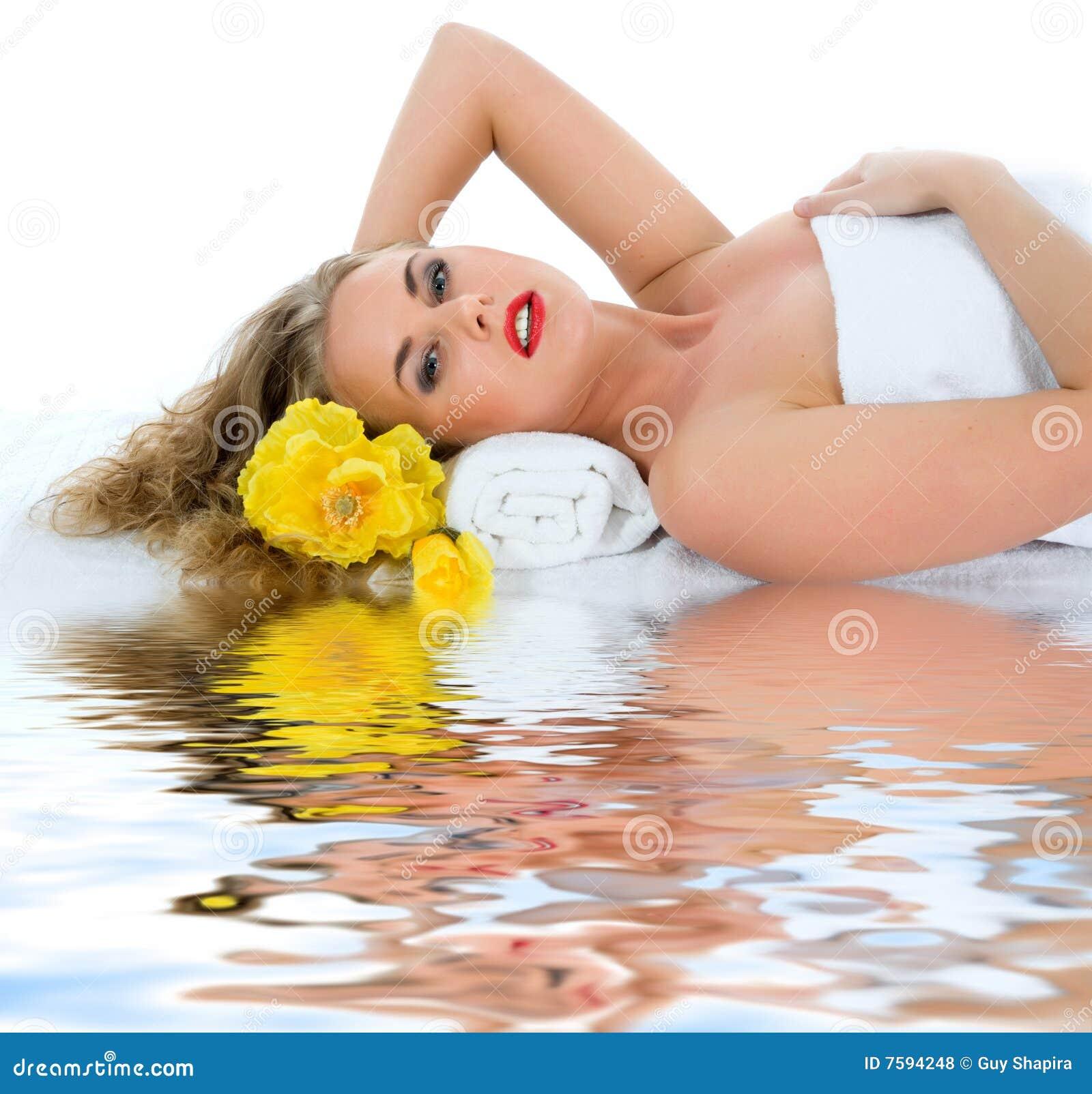 Attraktive Frau, die Badekurortbehandlung erhält