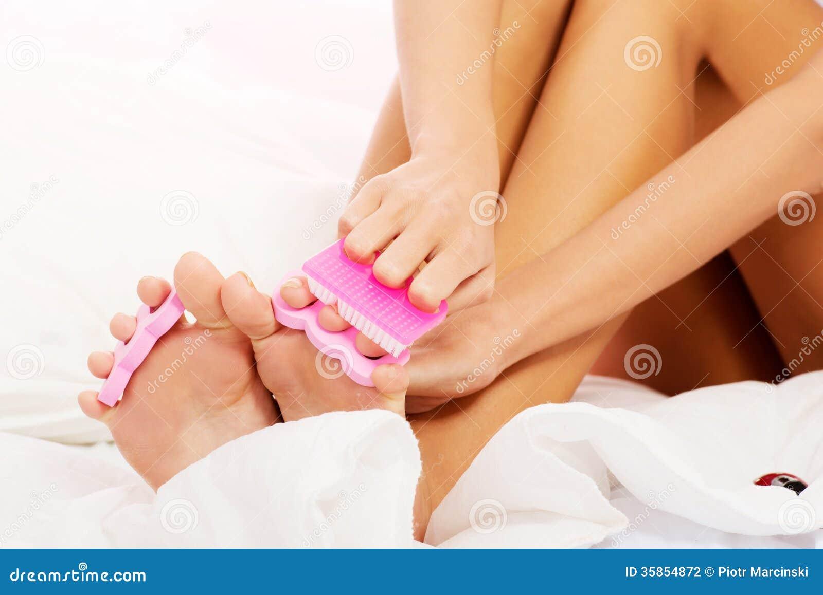 Sauge ihre verschwitzten Zehen