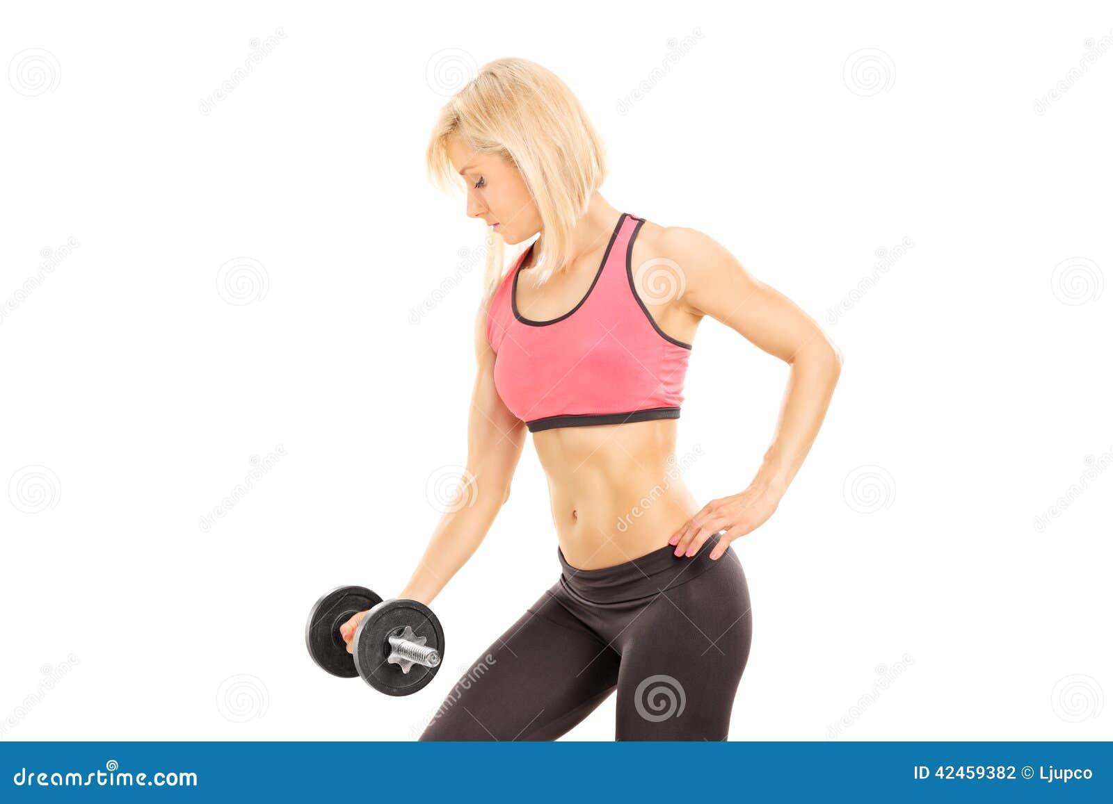 Attraktive Frau, die mit einem Barbell trainiert