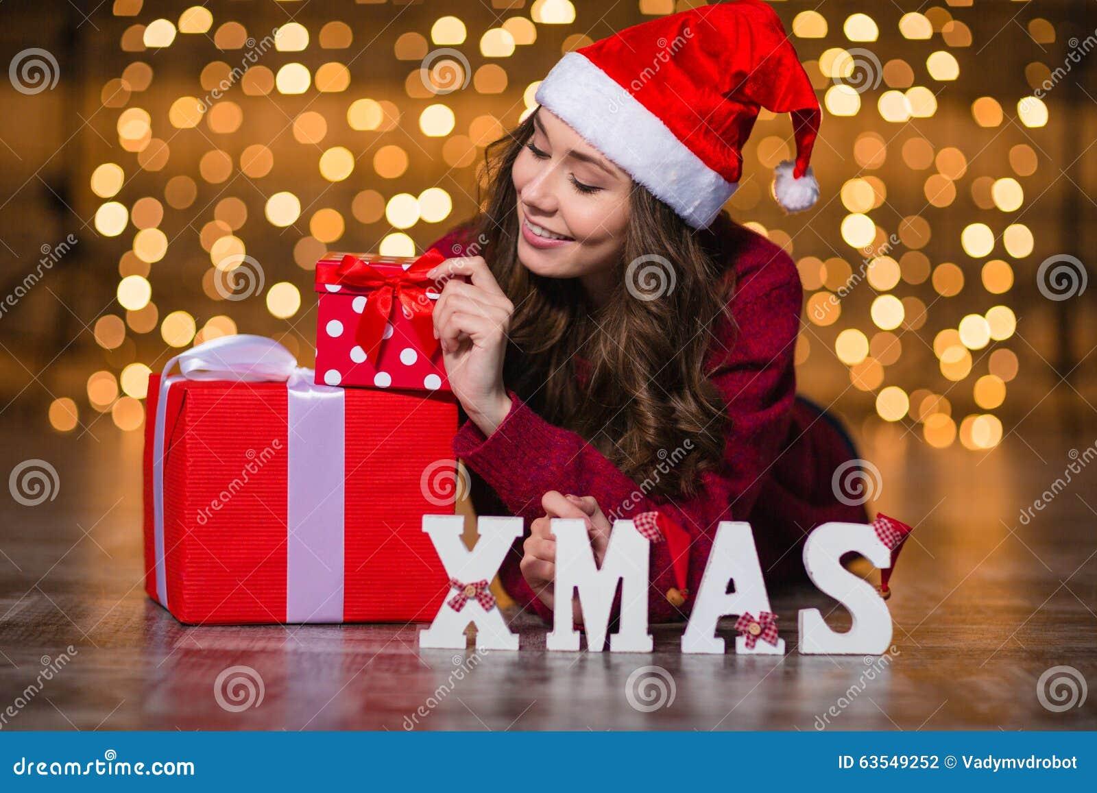 Geschenke Weihnachten Frau.Attraktive Frau Die Nahe Den Buchstaben Buchstabieren Wort
