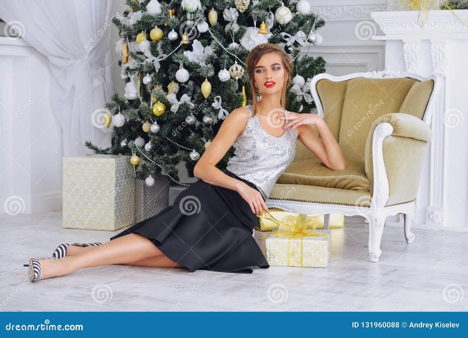 Attraktive Frau im Innenraum für Weihnachten