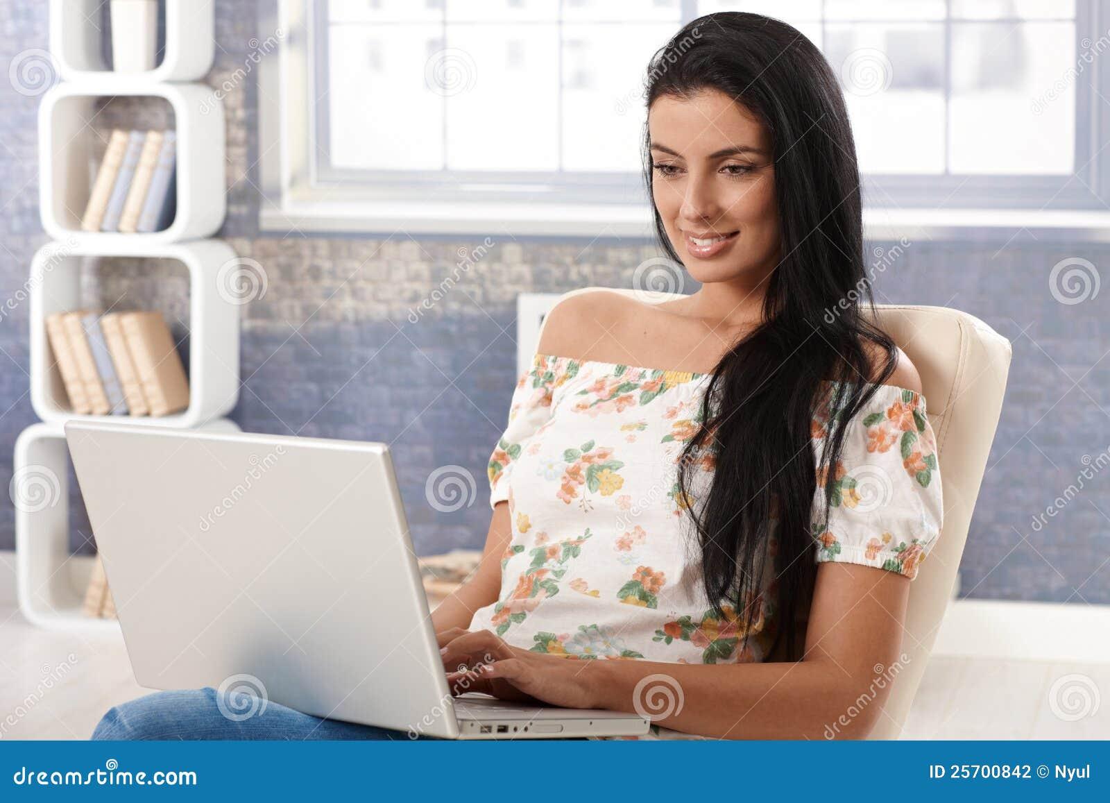 Attraktive Frau mit dem Computerlächeln