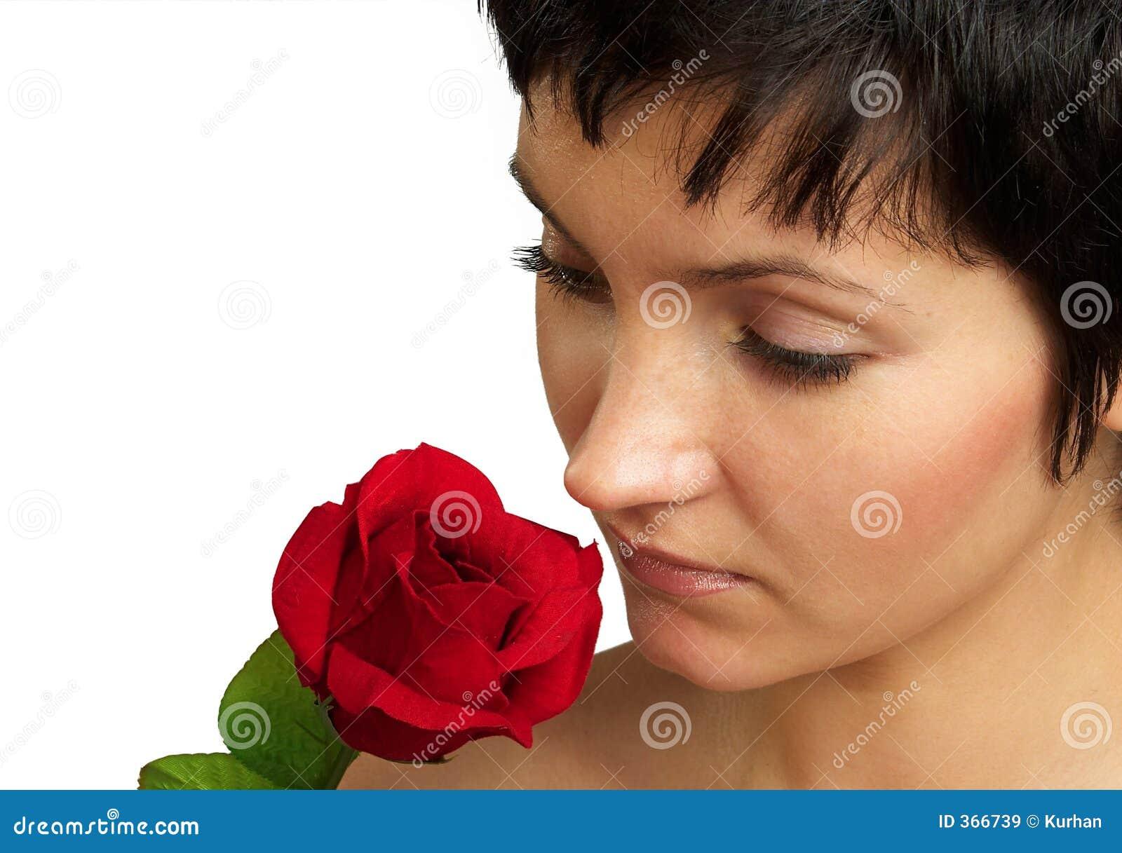 Attraktive Frau mit einer Rose. Portrait. Nahaufnahme