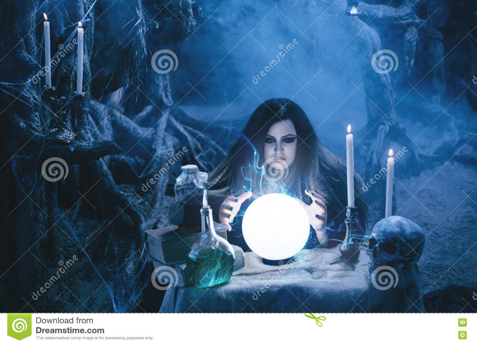 Attraktive Hexe, die Magie im magischen Lager tut
