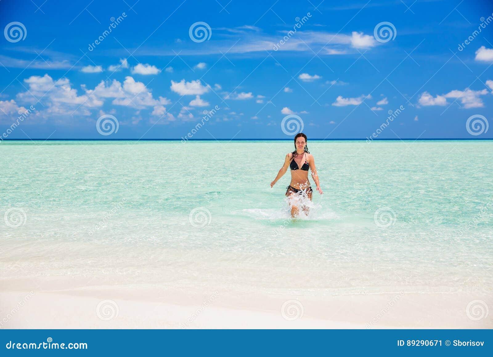 Attraktive junge Frau genießt maledivischen Strand