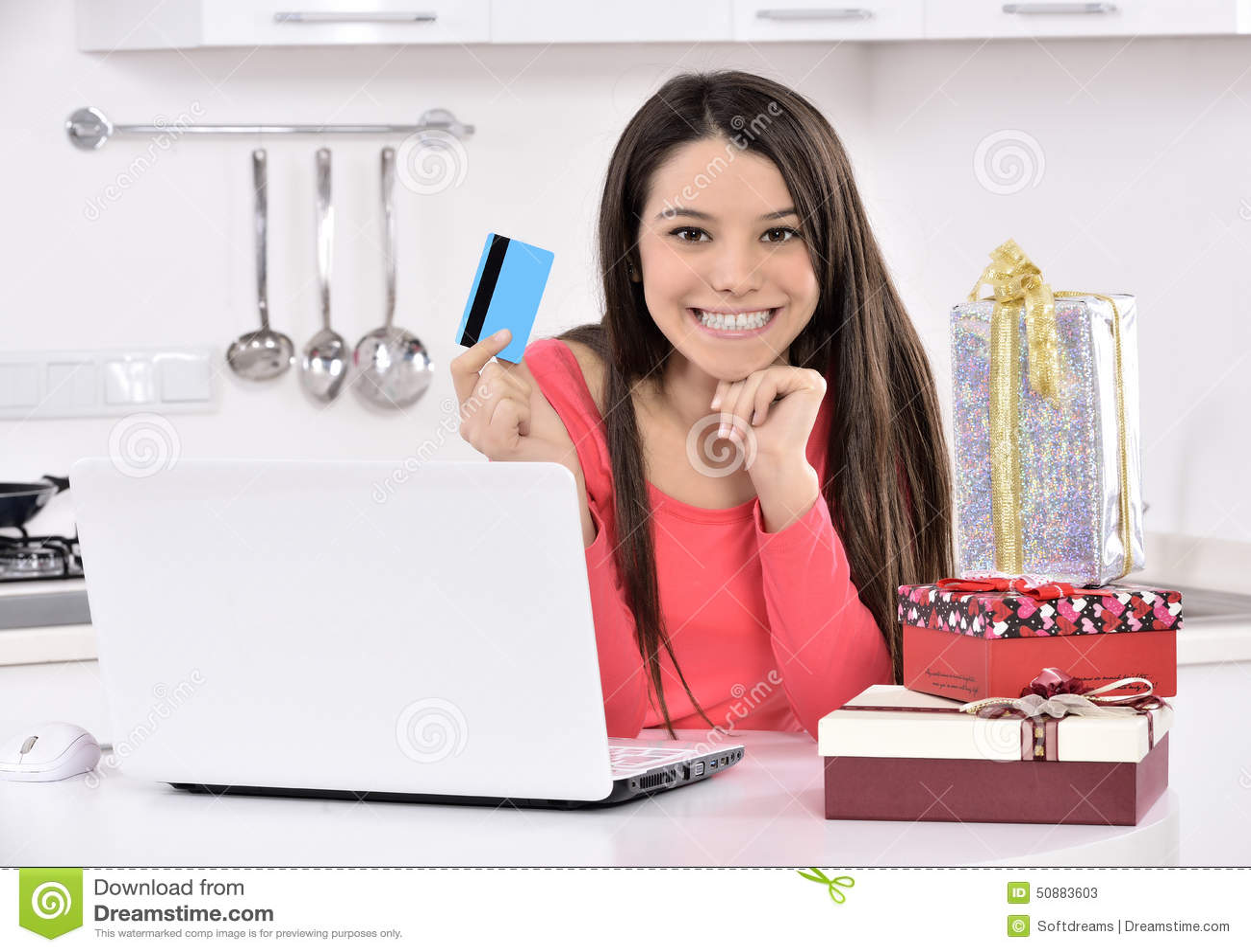 Attraktive junge Frau mit Geschenkkästen