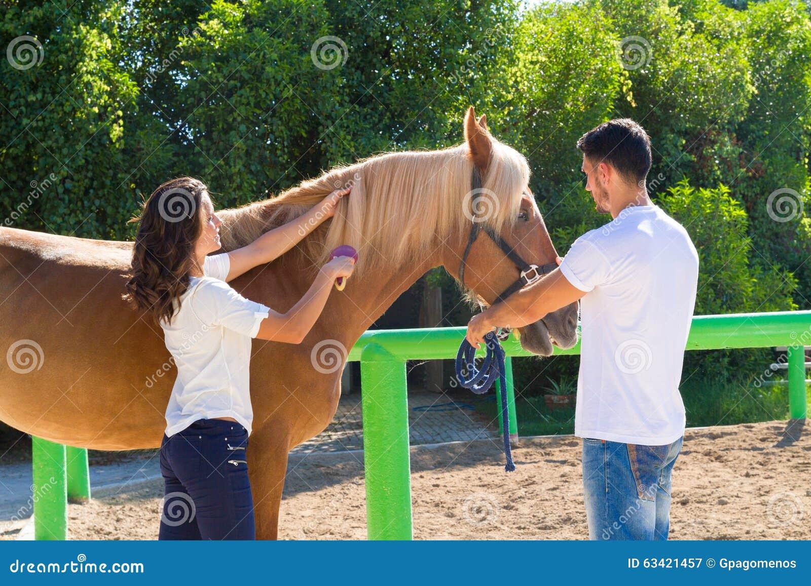 Attraktive junge Paare, die eine braune Frau pflegen
