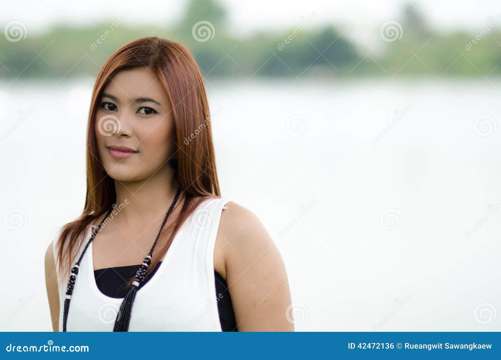 Attraktive junge Rothaarige Asiatin