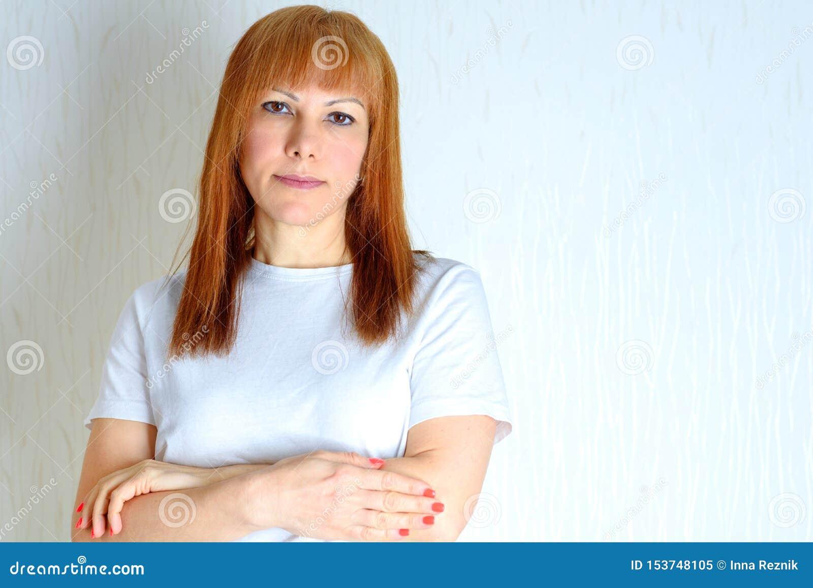 Attraktive mittlere gealterte Frau des Portraits