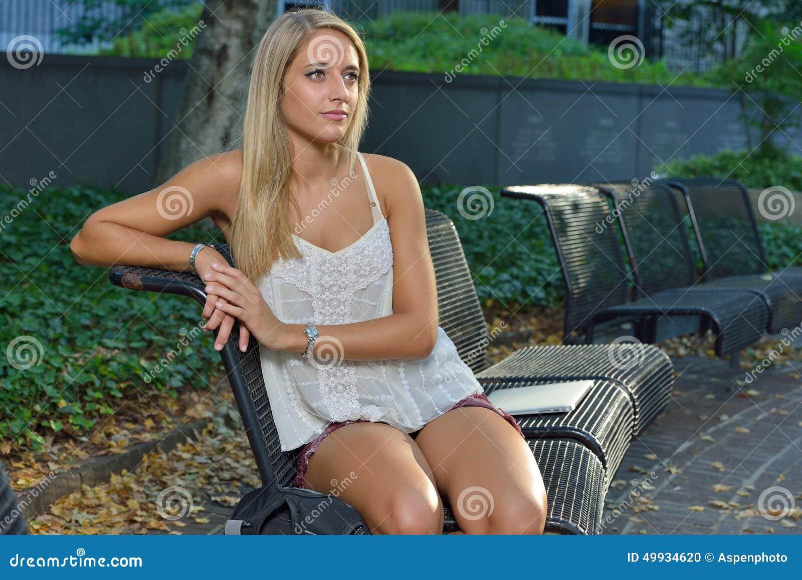 Attraktive Studentin Auf Dem Campus Stockfoto - Bild von