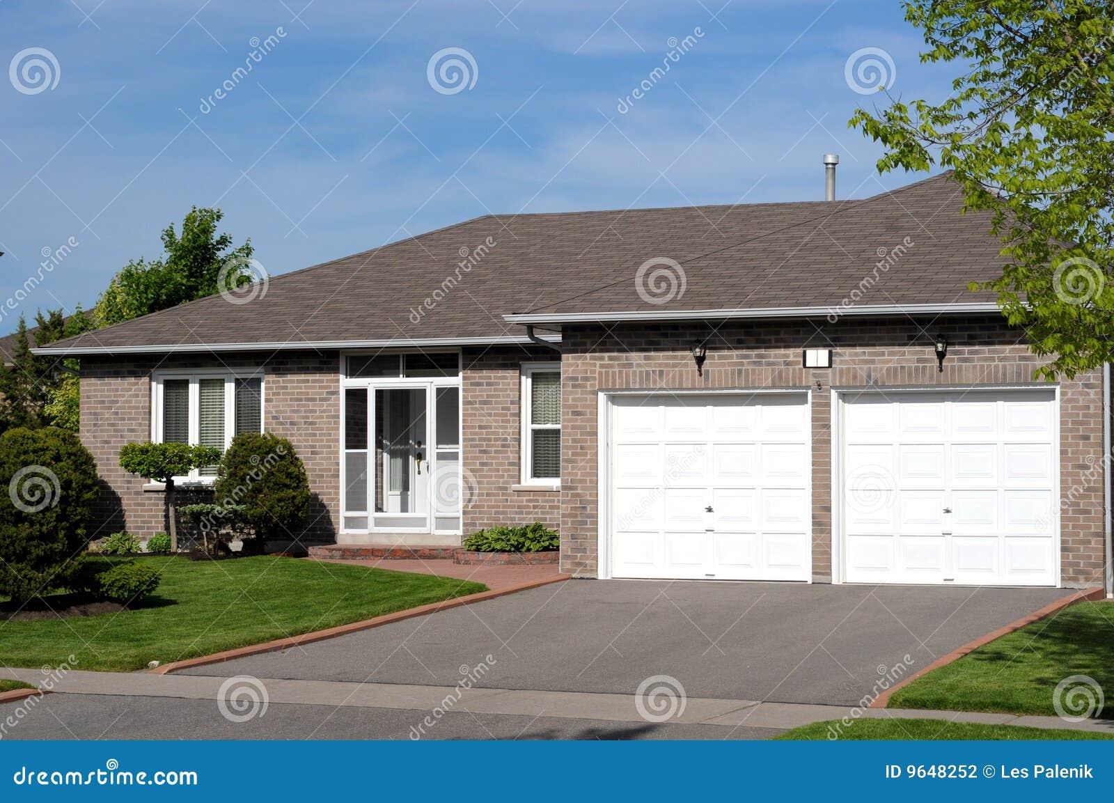 Luxus bungalow mit garage  Bungalow Mit Garage Lizenzfreies Stockbild - Bild: 455166