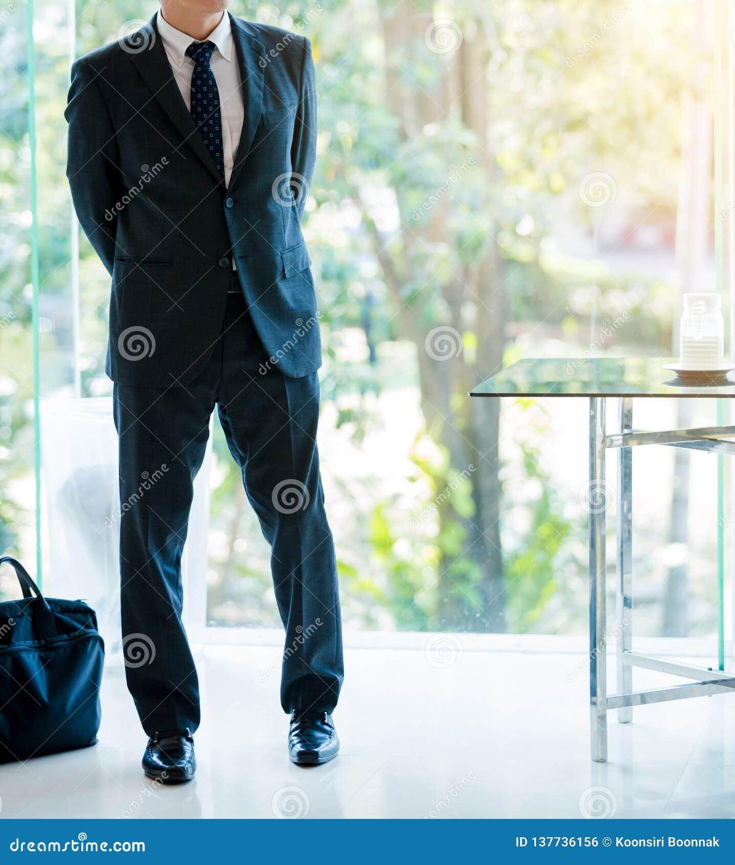 Attraktiver Geschäftsmann mit einer Laptoptaschenaufgabe