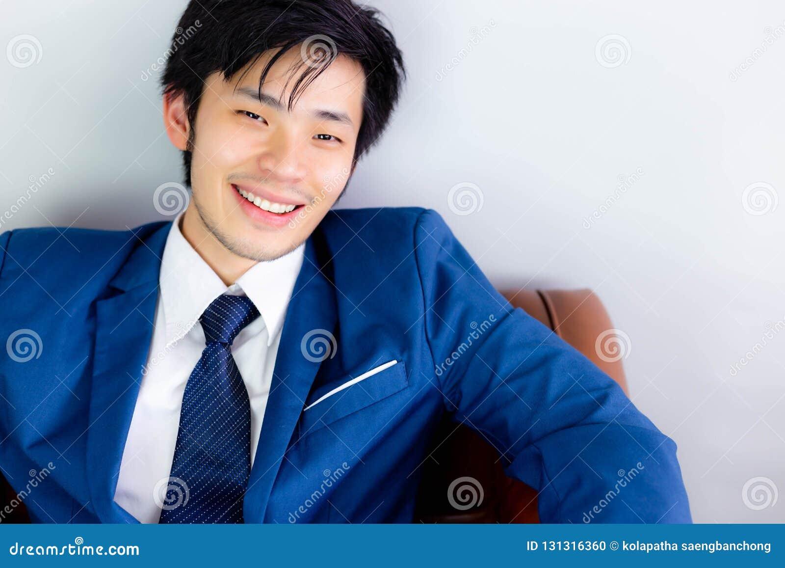 Attraktiver hübscher Geschäftsmann erhält Glück mit Lächelngesicht