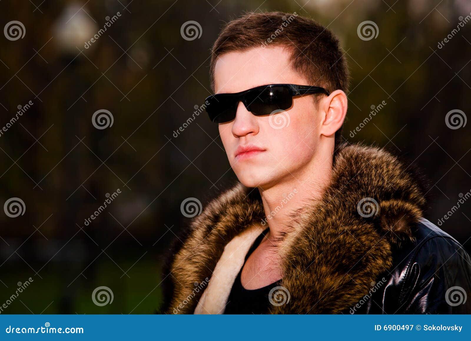 Attraktiver Junger Kerl In Der Winter Lederjacke Stockbild
