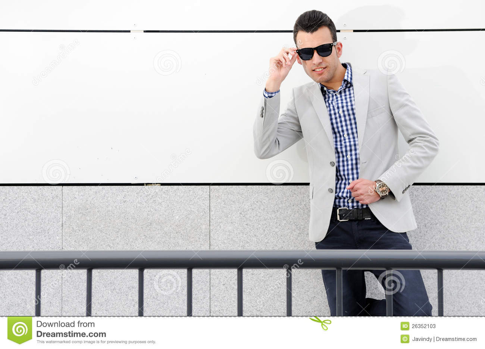 Attraktiver Mann mit abgetönten Sonnenbrillen