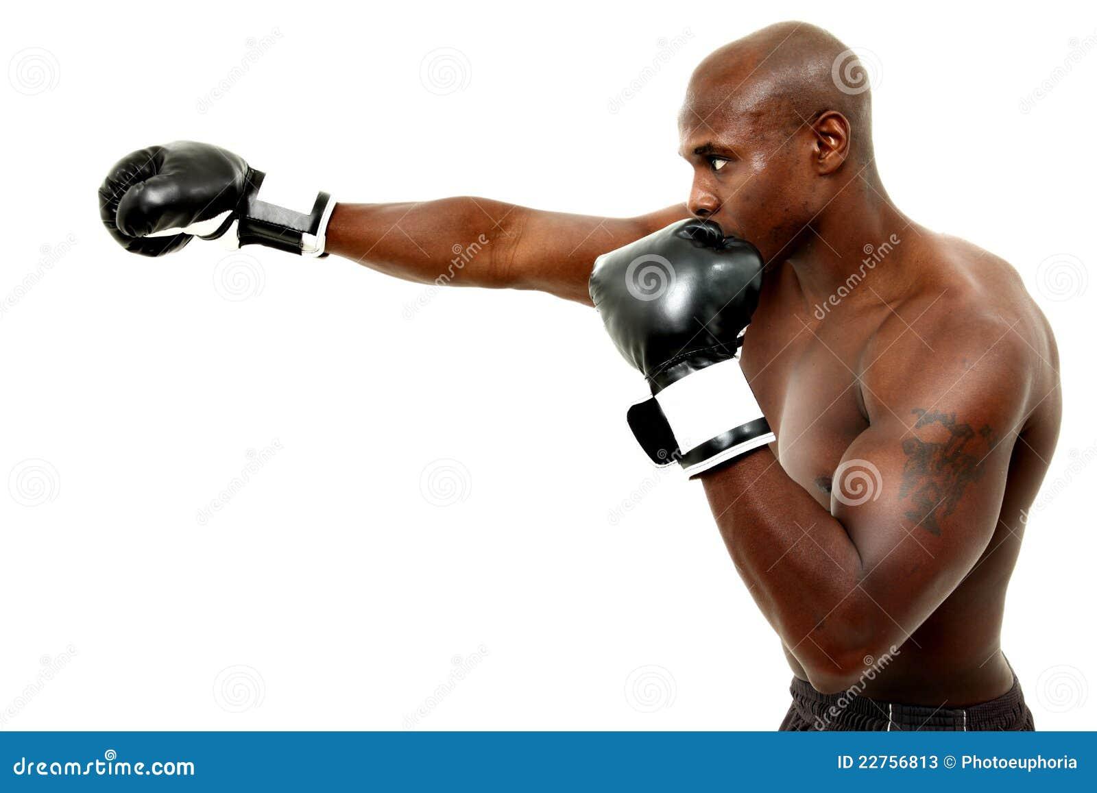 Attraktiver schwarzer männlicher Boxer über Weiß
