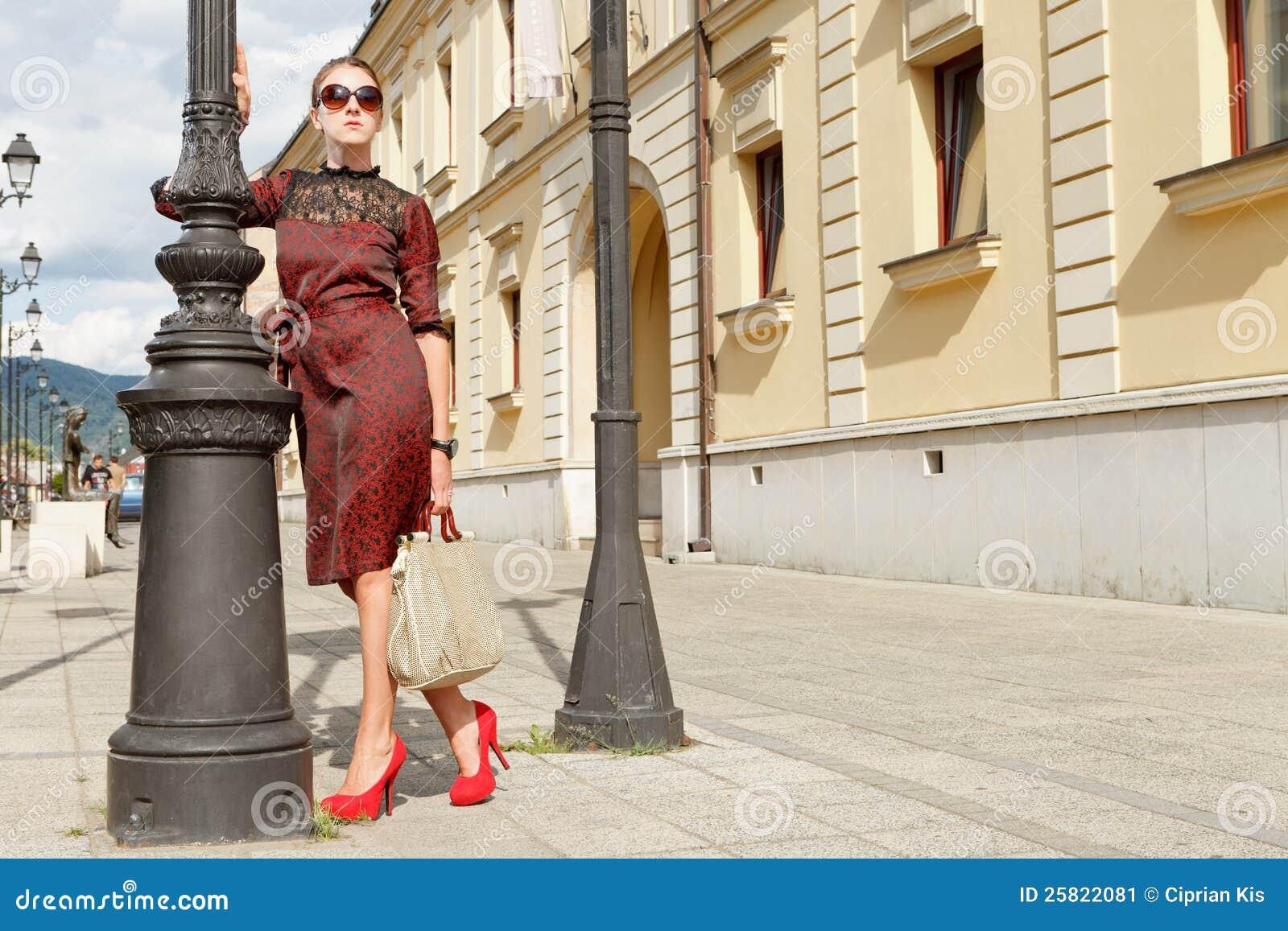 Attraktives Art und Weisemädchen in der Stadt
