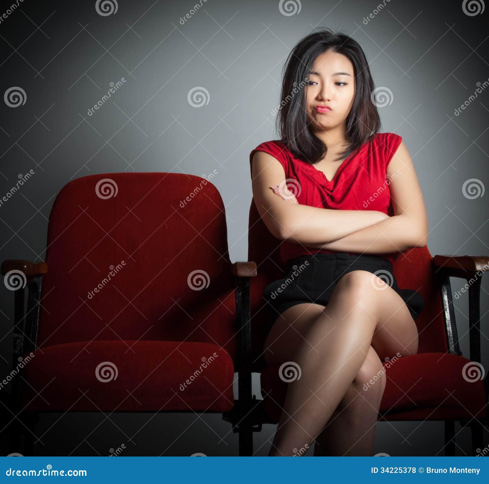 Attraktives asiatisches Mädchen 20s am Theaterisolat-Weißhintergrund