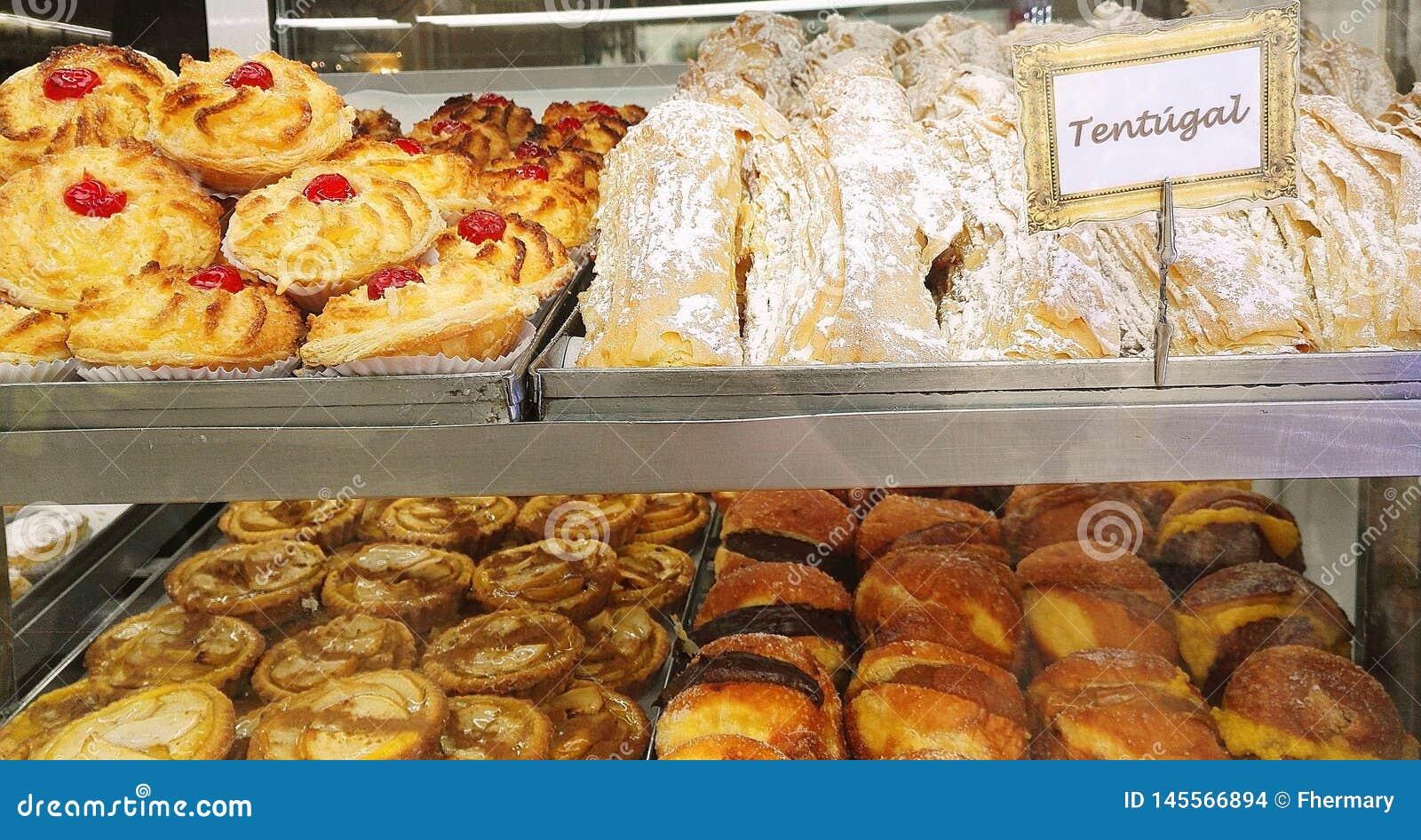 Attraktives Gebäck im Fenster einer portugiesischen Bäckerei in Lissabon, Portugal, Europa