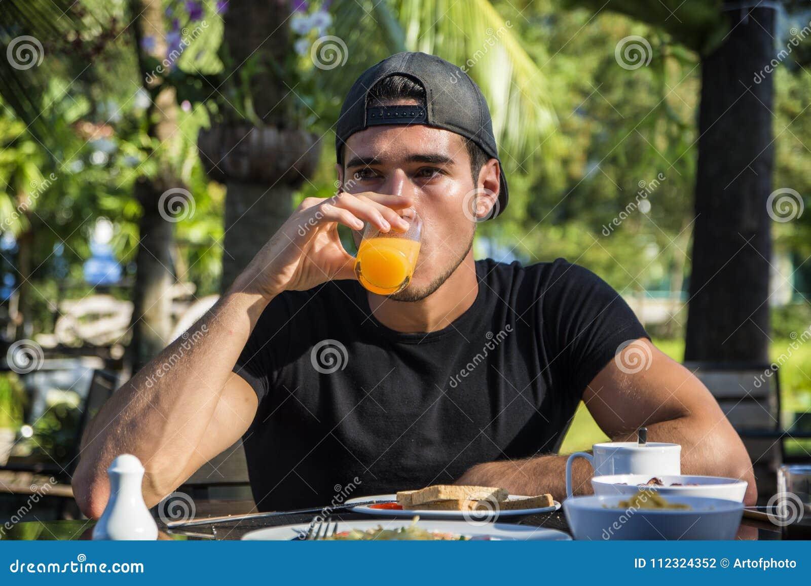 Attraktives junges Fleisch fressendes Frühstück