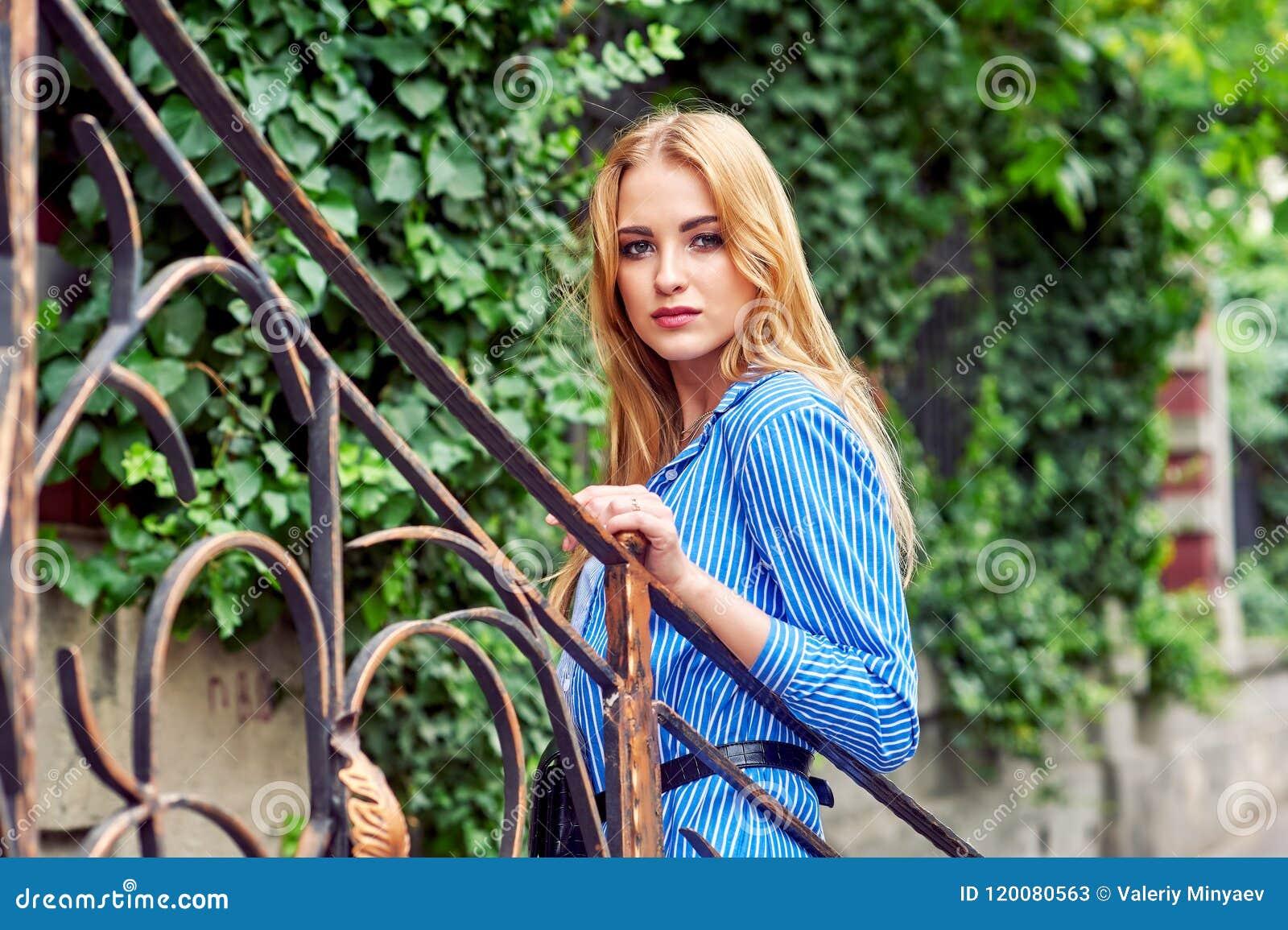 Attraktives junges Mädchen in der Stadt Schöne moderne Frau im Sommer draußen